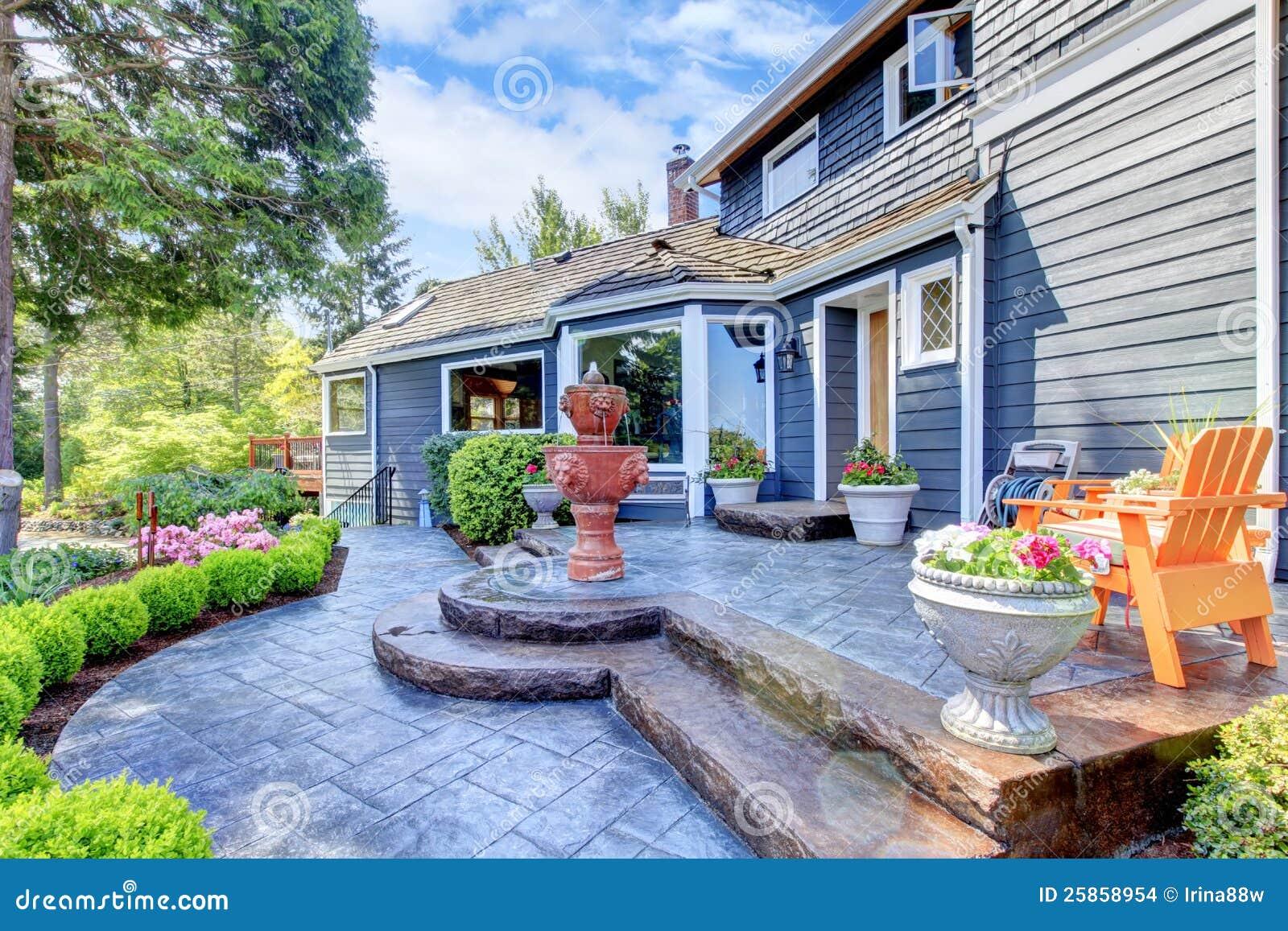 Entr e bleue de maison avec la fontaine et le patio gentil for Les concepteurs de la maison com