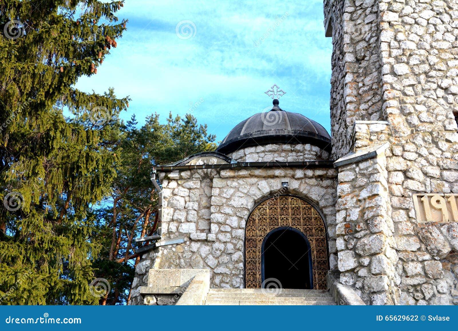 Entrée dans le mausolée des héros dans Mateias, près de Campulung