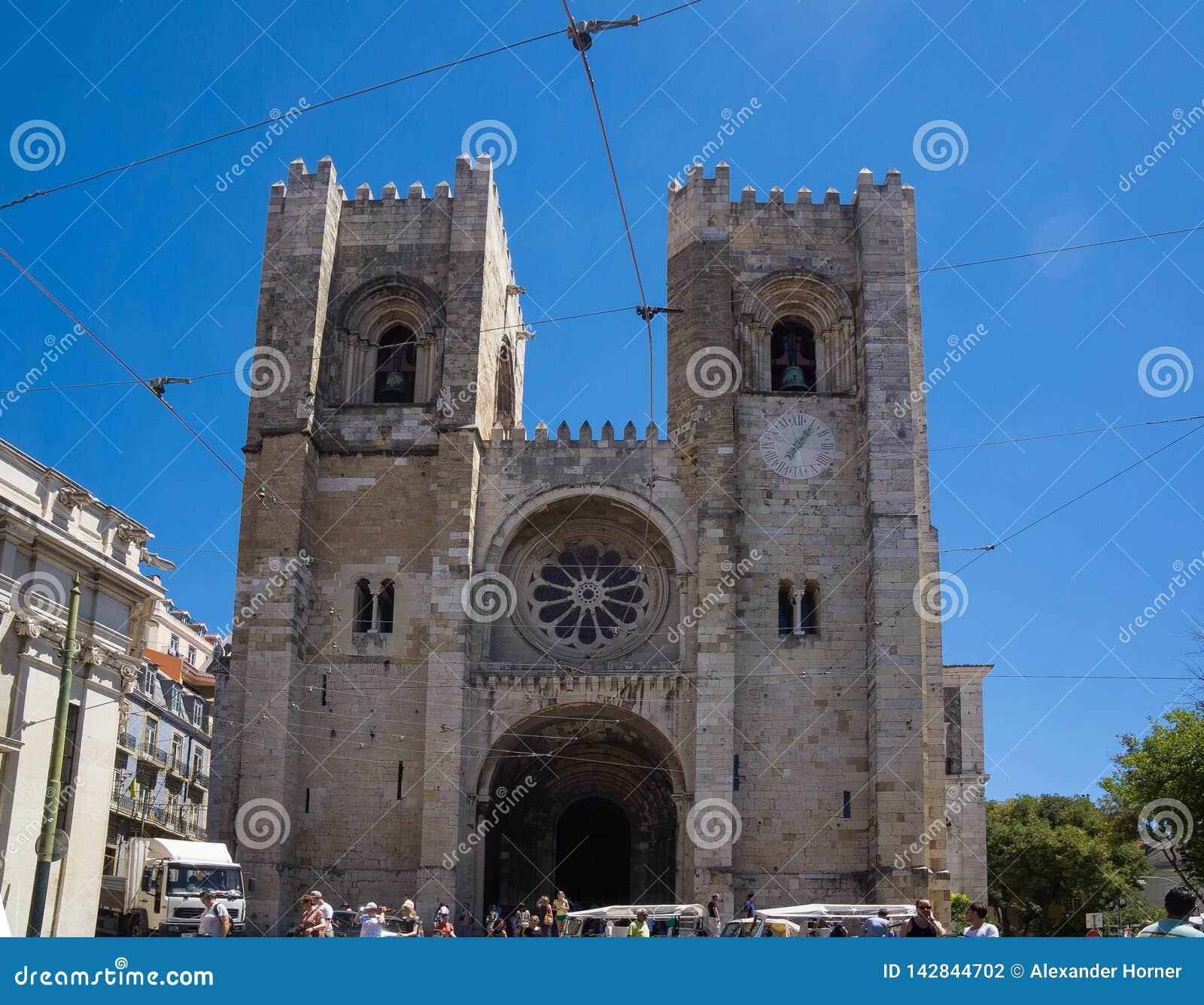 Entrée de cathédrale de Lisbonne le jour d été