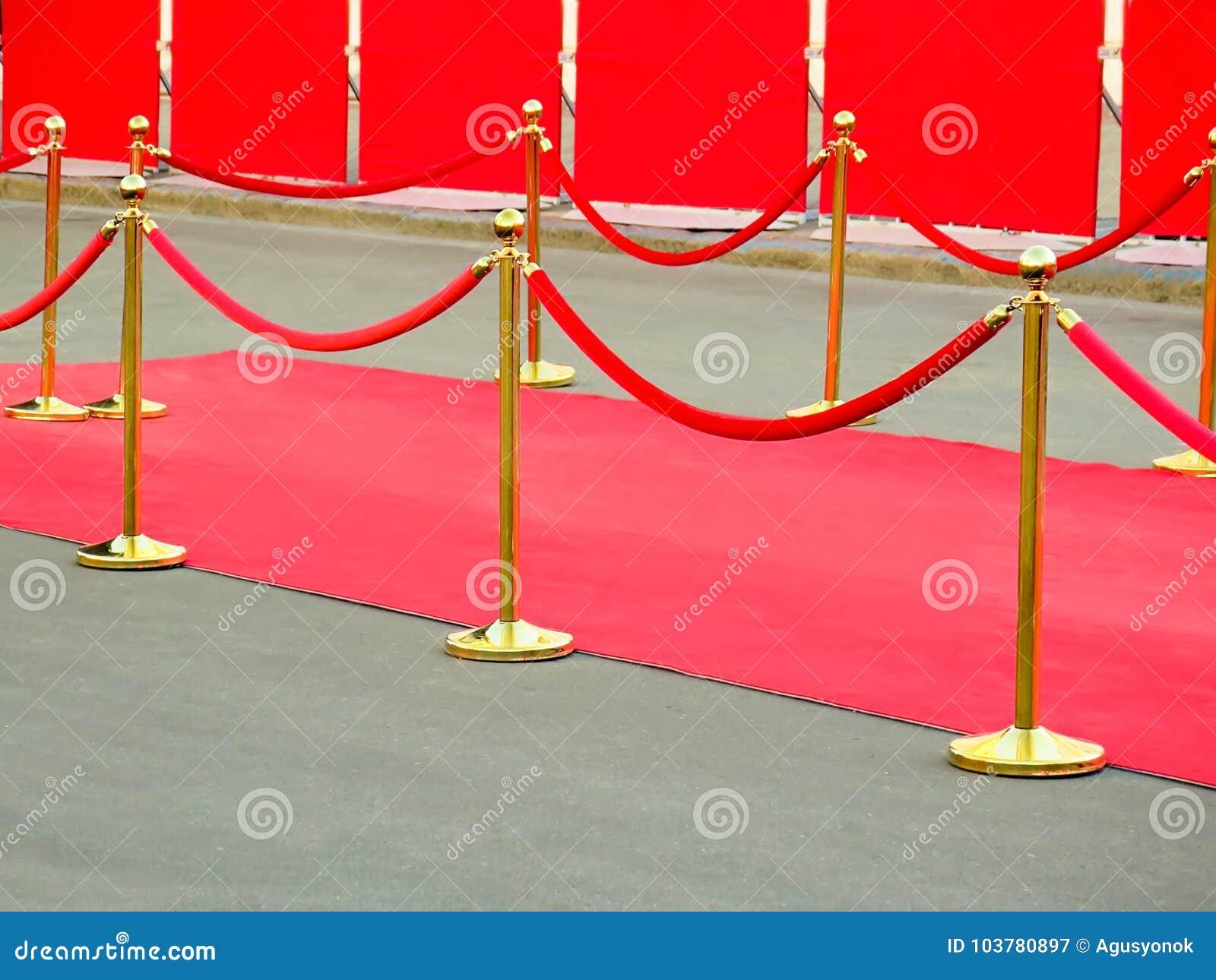 Entrée de tapis rouge avec les supports et les cordes d or Candidats de célébrité à présenter en première Étoiles sur l attributi