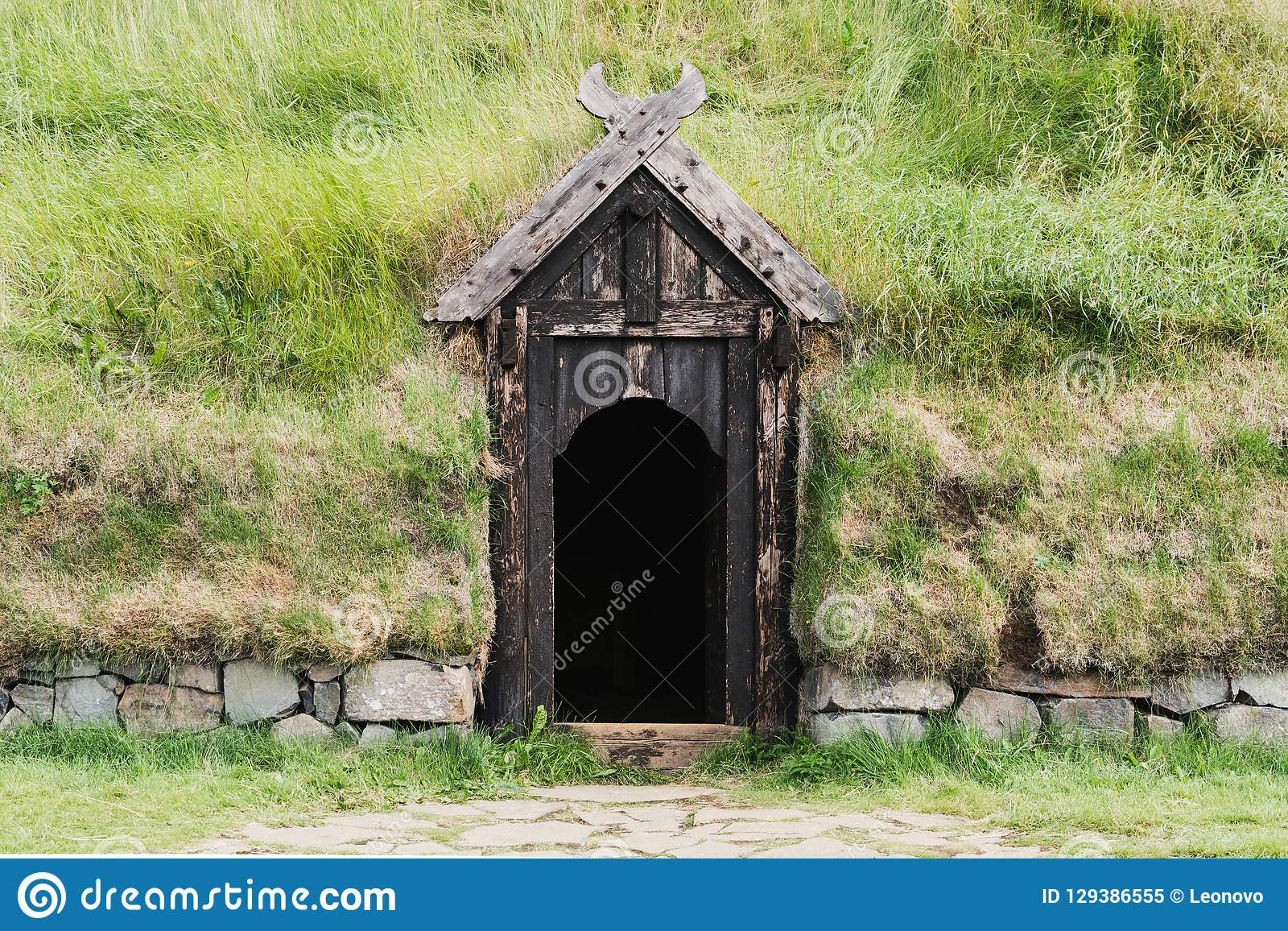 Entrée en bois de porte à la maison de gazon d Icelanding