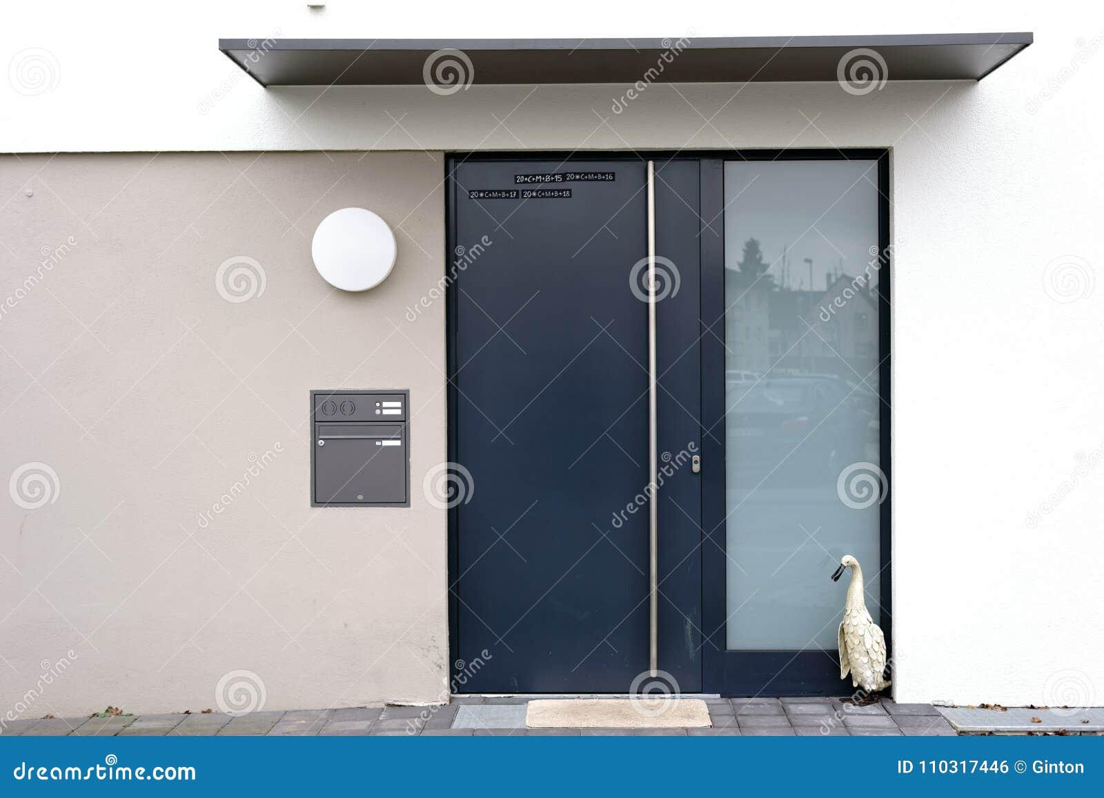 Entrée moderne de maison photo stock. Image du canard ...