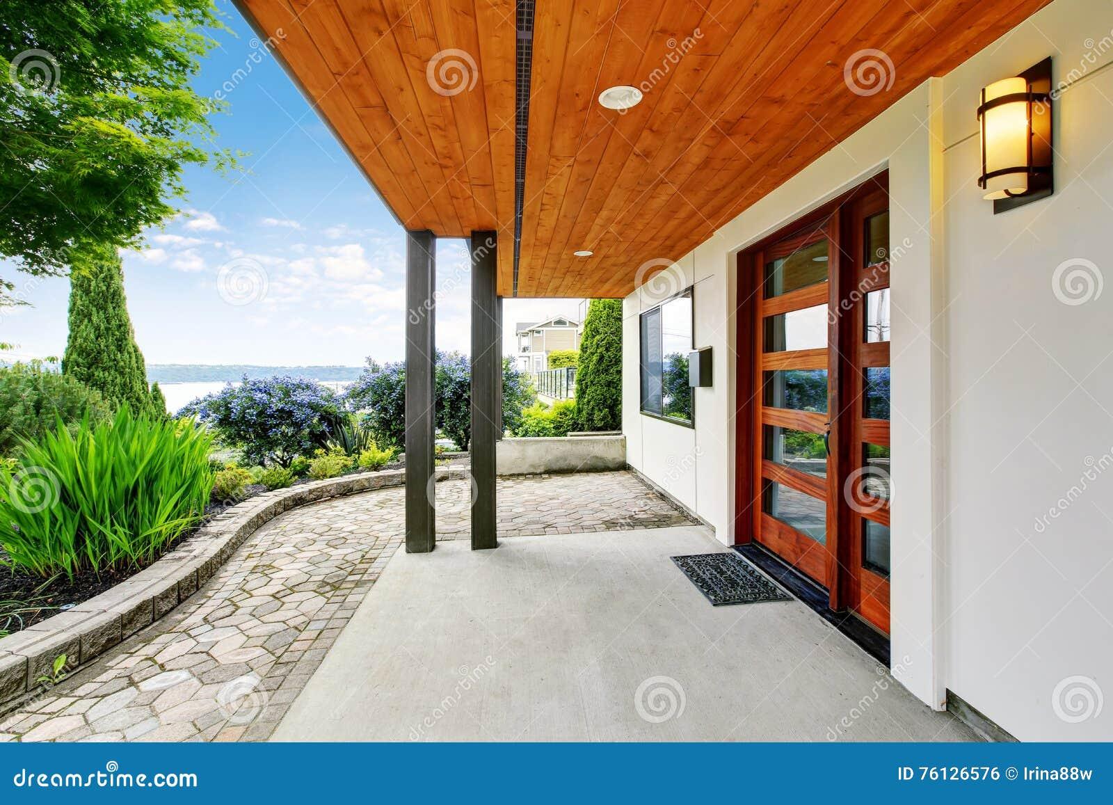 Entrée Moderne Maison dedans entrée moderne de maison avec le passage couvert concret et la vue
