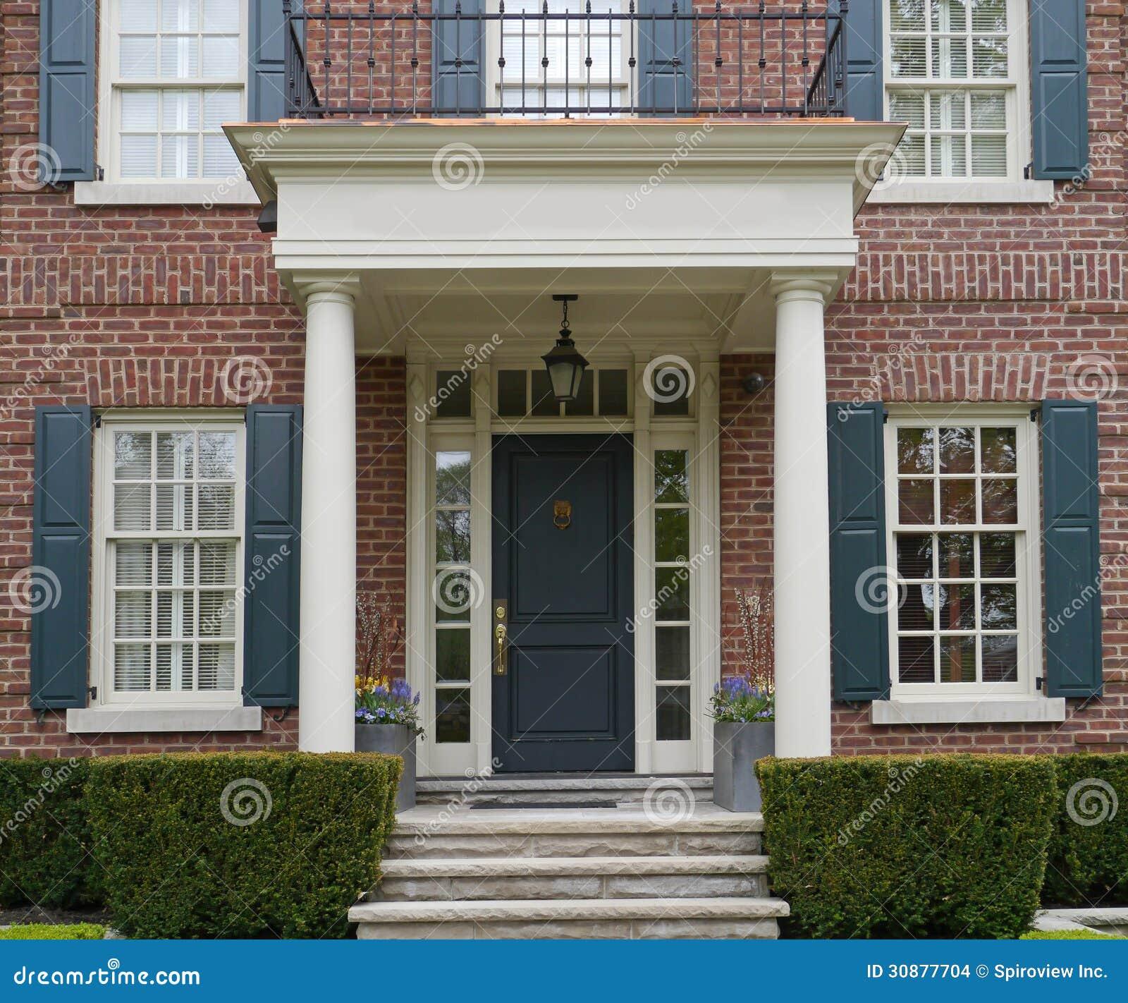 entr e principale de maison avec le porche photo stock image du portique arbuste 30877704. Black Bedroom Furniture Sets. Home Design Ideas