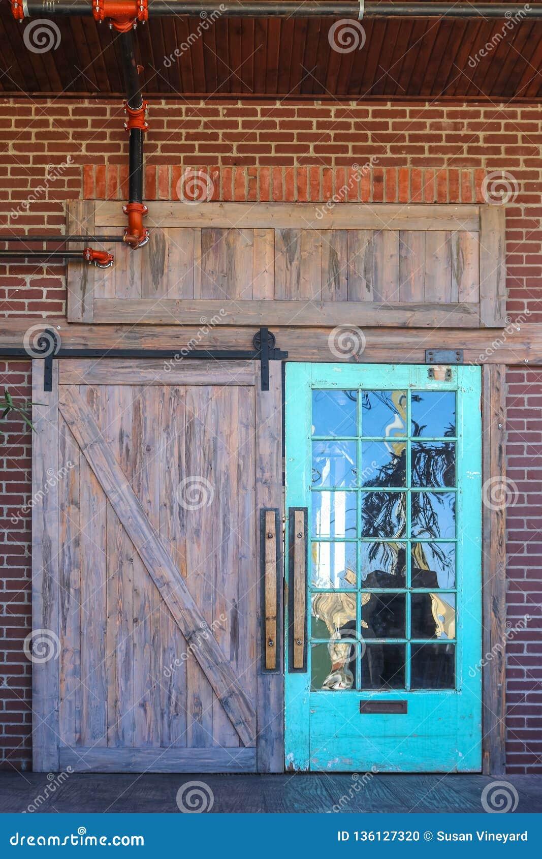Tete De Lit Porte De Grange entrée rustique unique de porte de grange à la construction