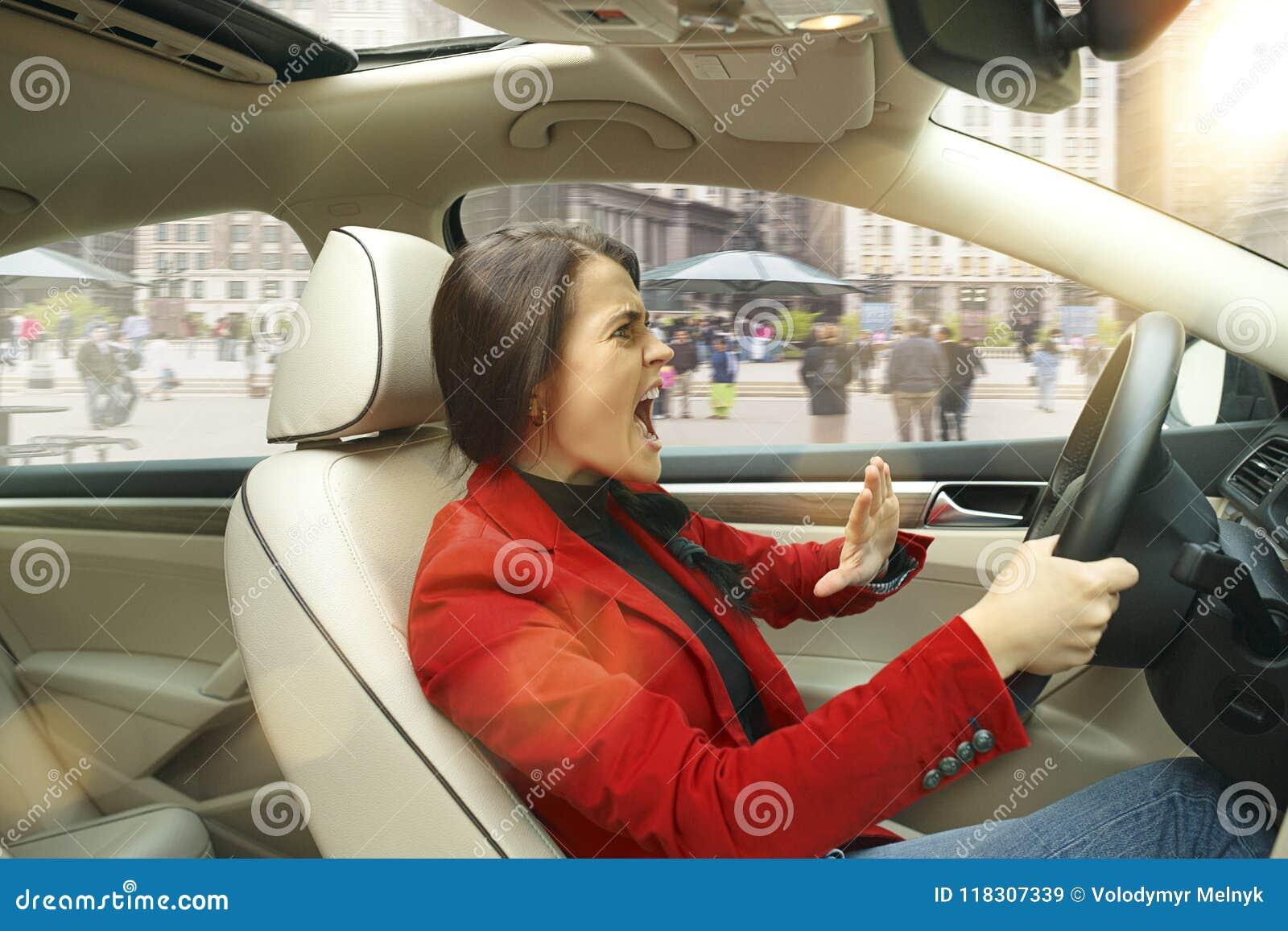 Entraînement autour de la ville Jeune femme attirante conduisant une voiture