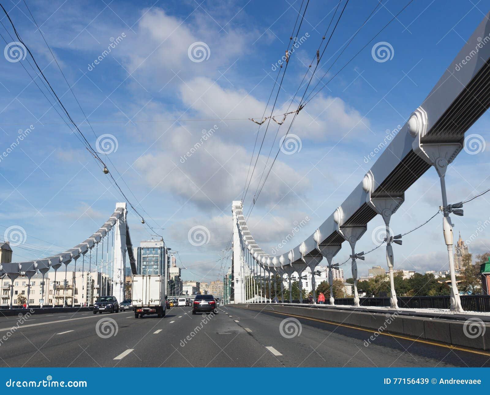 Entraînement de voitures sur le pont criméen