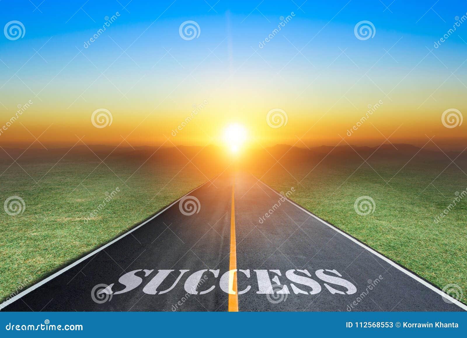 Entraînement sur une route goudronnée vide vers le coucher de soleil et le signe qui symbolisant le succès