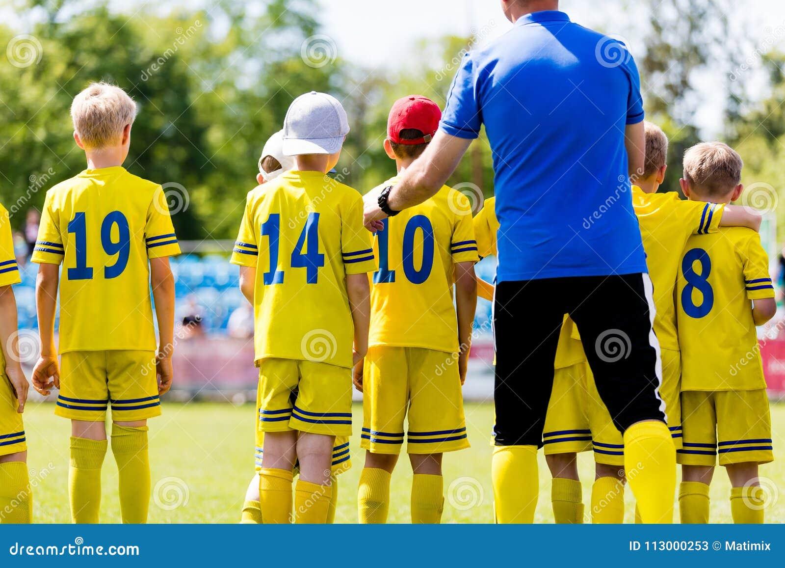 Entraîneur de football américain de la jeunesse parlant à l équipe de football d enfants Entraînement de sports