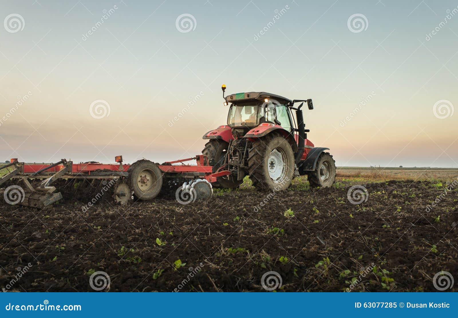Download Entraîneur Labourant Une Zone Image stock - Image du industrialisé, durée: 63077285