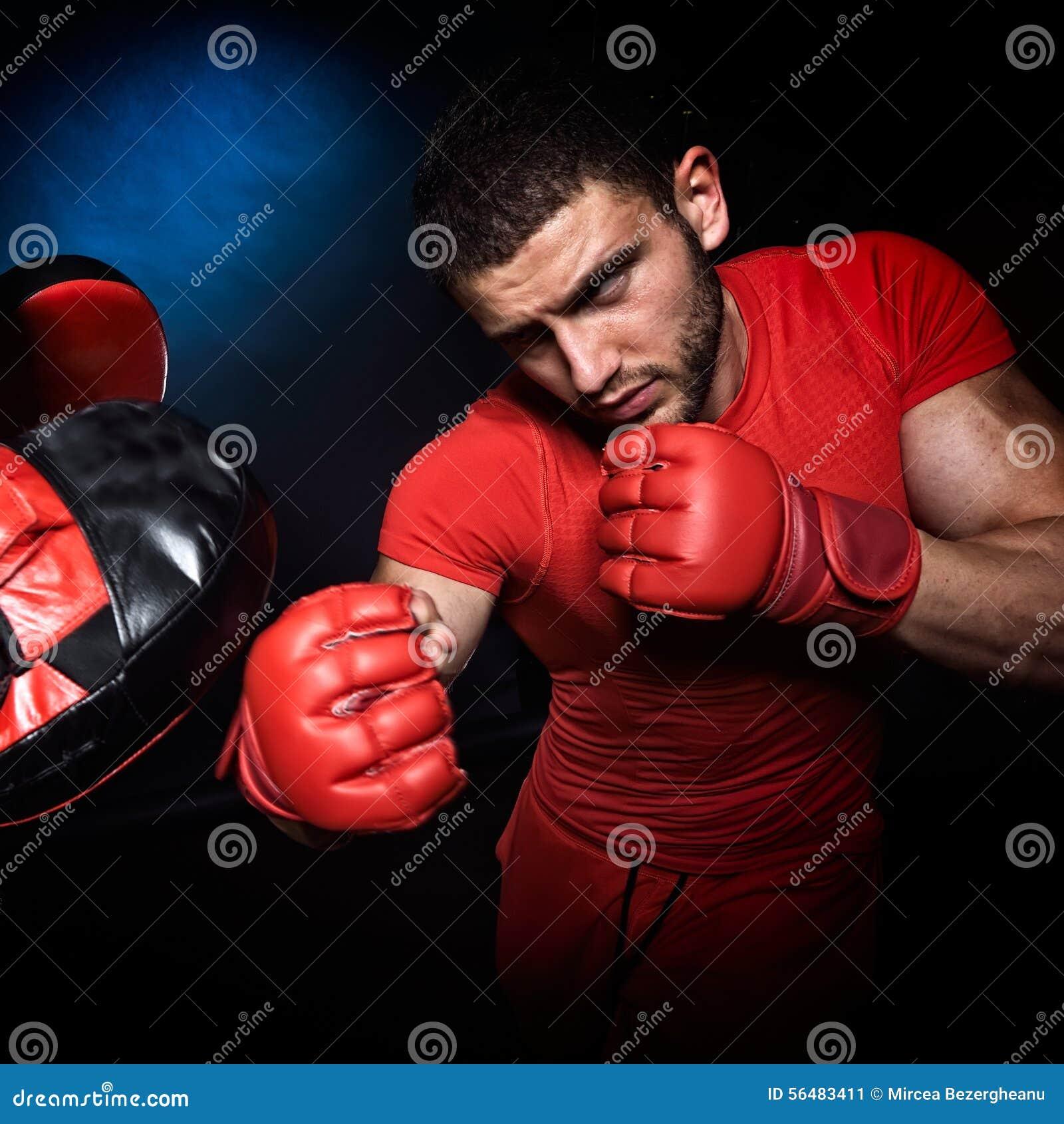 Entraîneur personnel d homme d entraîneur et homme exerçant la boxe
