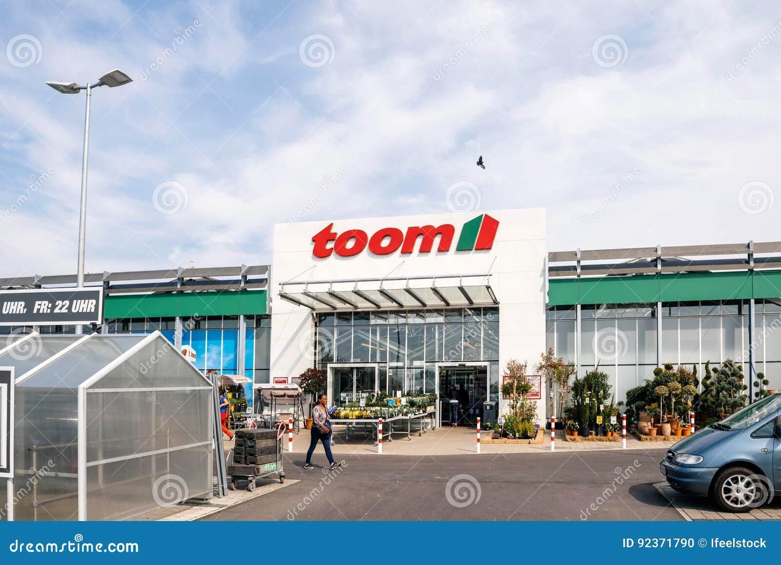 entrace toom baumarkt fassade mit kunden redaktionelles bild - bild