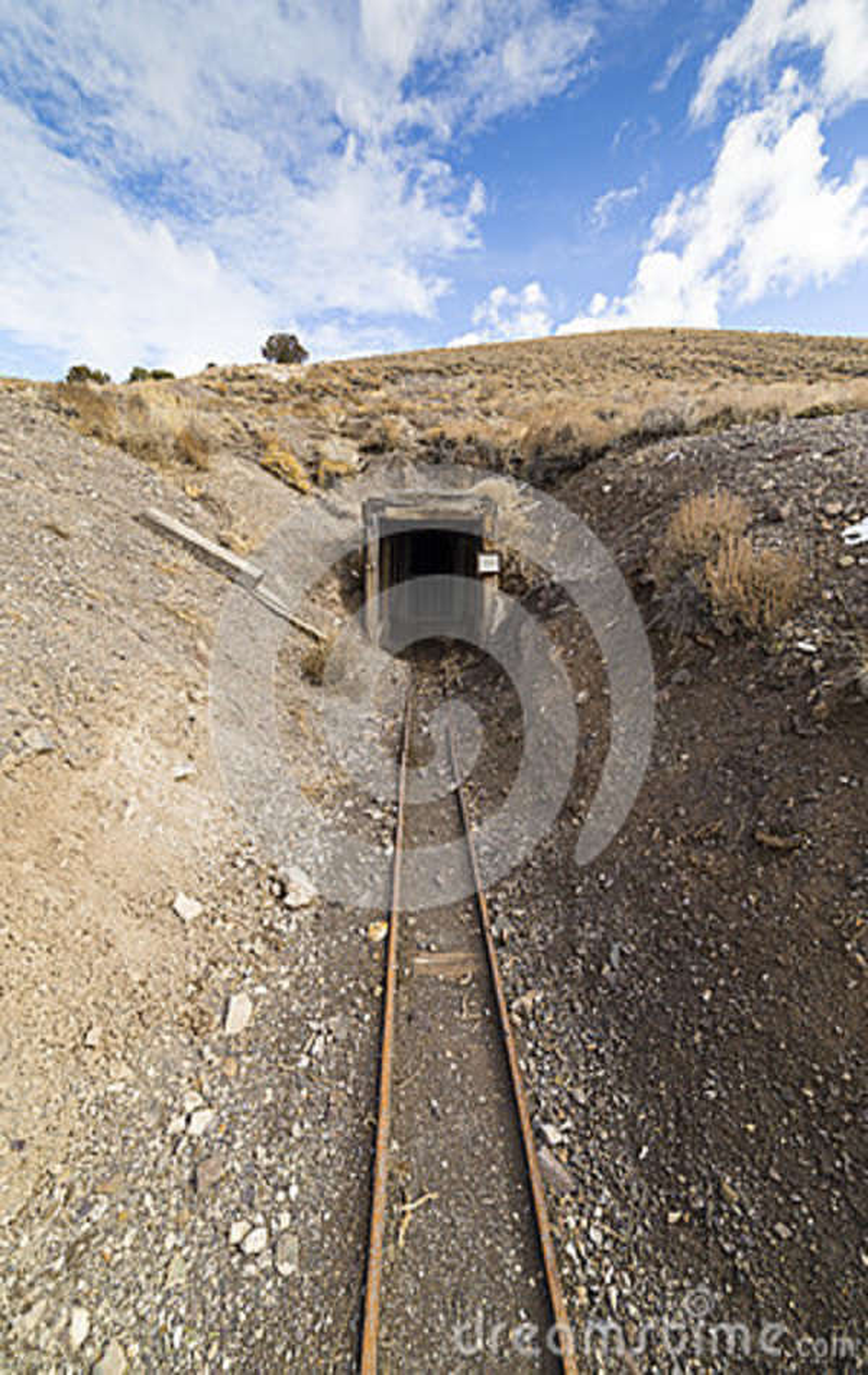 Entrada abandonada velha da mina de ouro