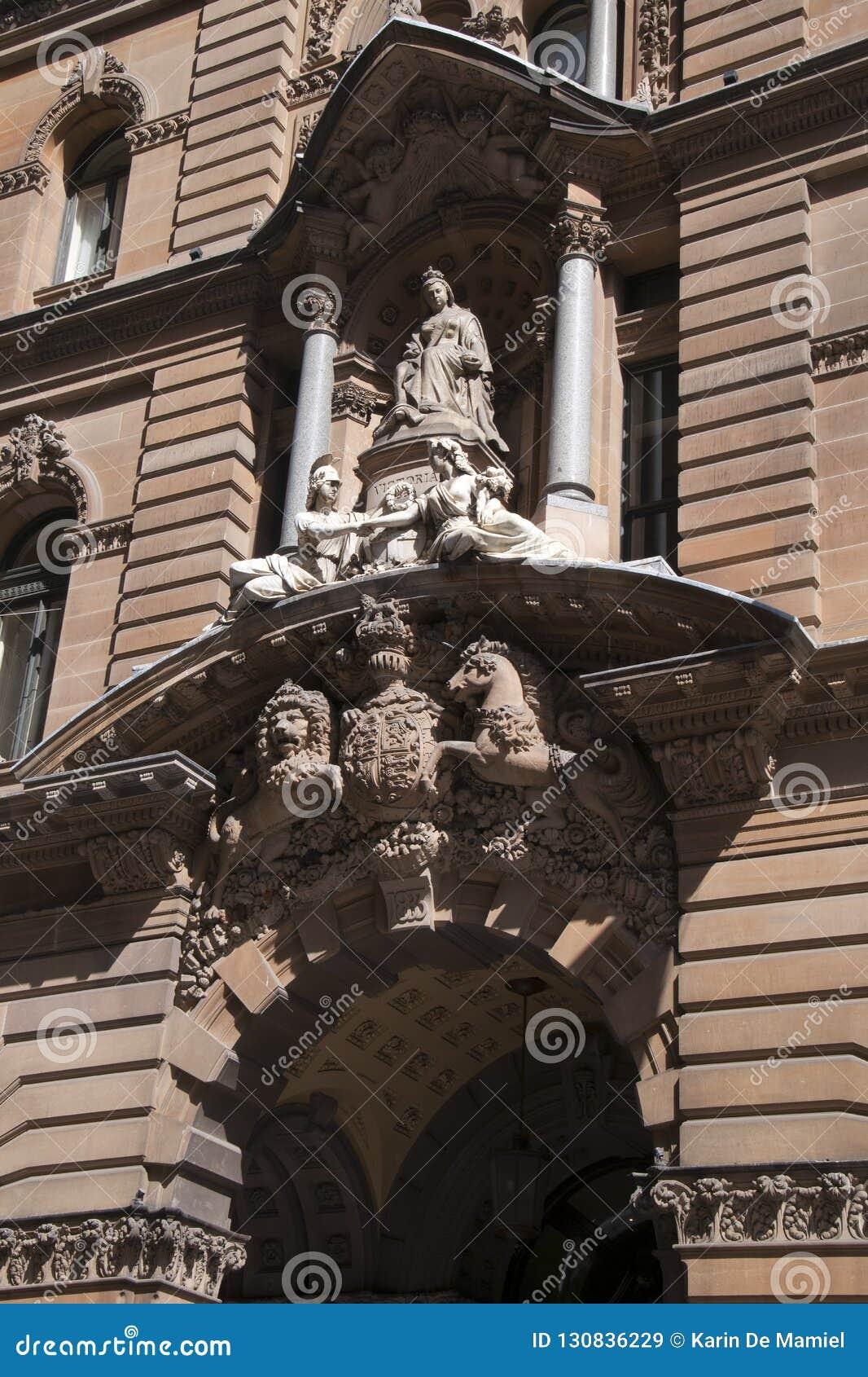 Entrada al edificio histórico de GPO, construida 1866-1874 con la reina Victoria apoyada por alegorías clásicas y escudo de armas