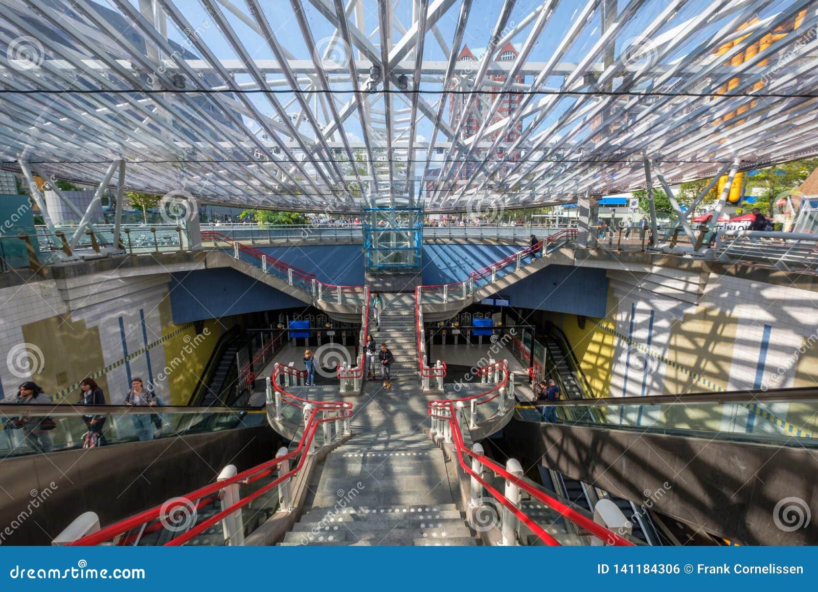 A entrada ao estação de caminhos de ferro subterrâneo de Rotterdam Blaak, Países Baixos