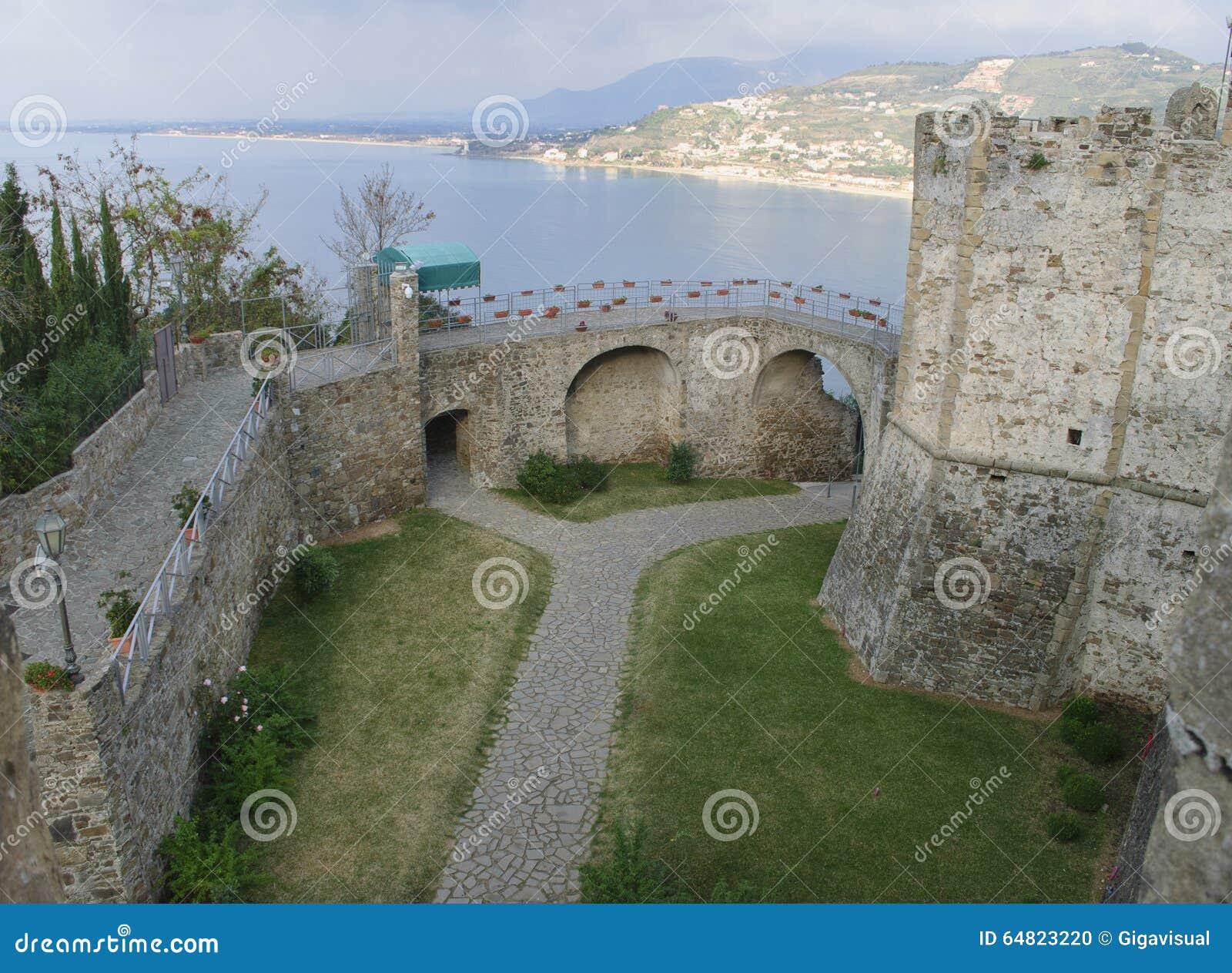 A entrada Aragonese do castelo da vila de Agropoli, Itália