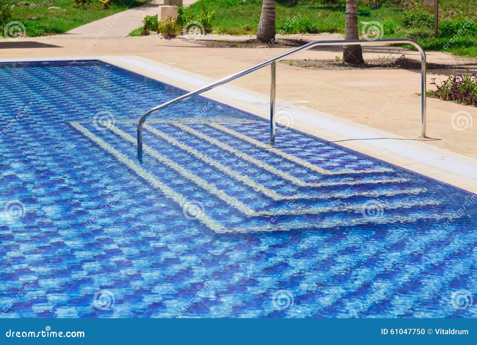 Entrada azul moderna elegante asombrosa de la piscina de for Entrada piscina