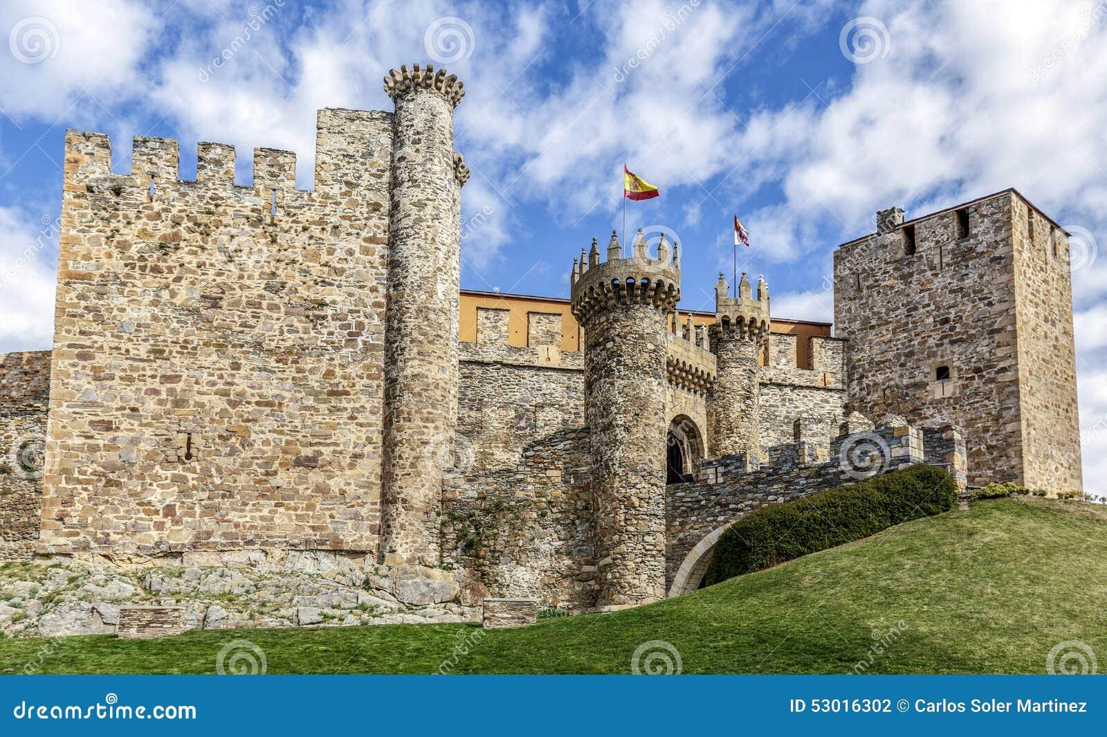 Entrada casera o principal del castillo de Templar en Ponferrada, el Bierz