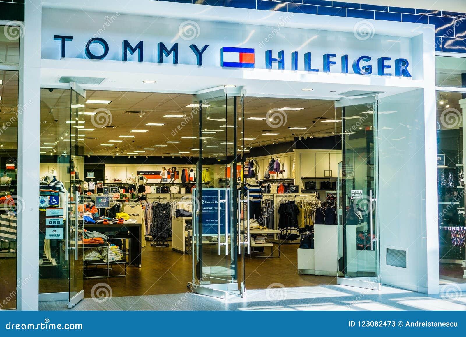 5fdc94099 5 de junho de 2018 Milpitas/CA/EUA - entrada na grande alameda, área da loja  de Tommy Hilfiger de San Francisco Bay sul