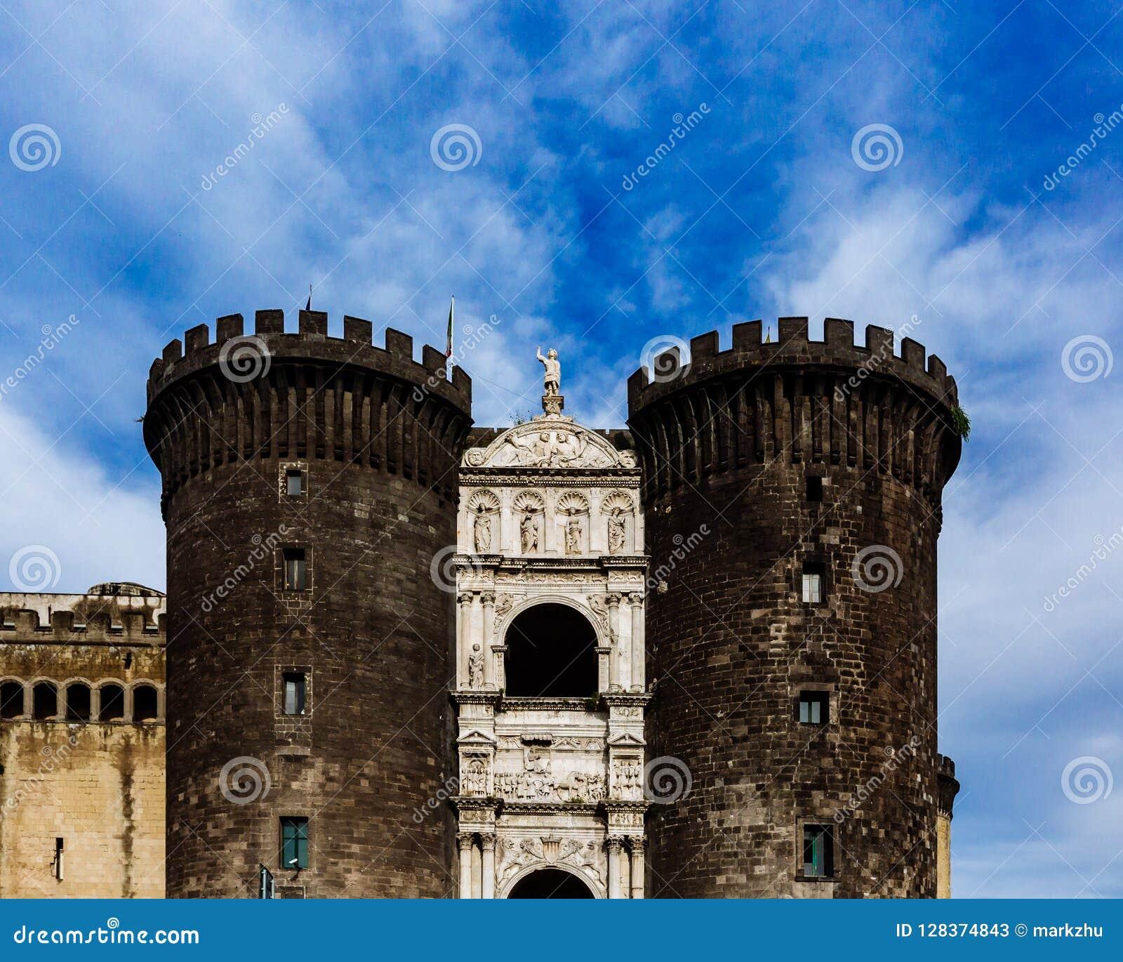 Entrada de Castel Nuovo em Nápoles, Itália