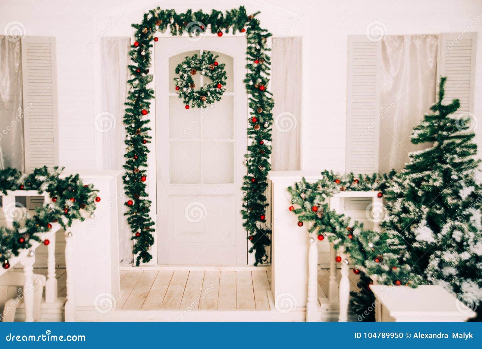 Entrada De La Casa Adornada Por Días De Fiesta Decoración De