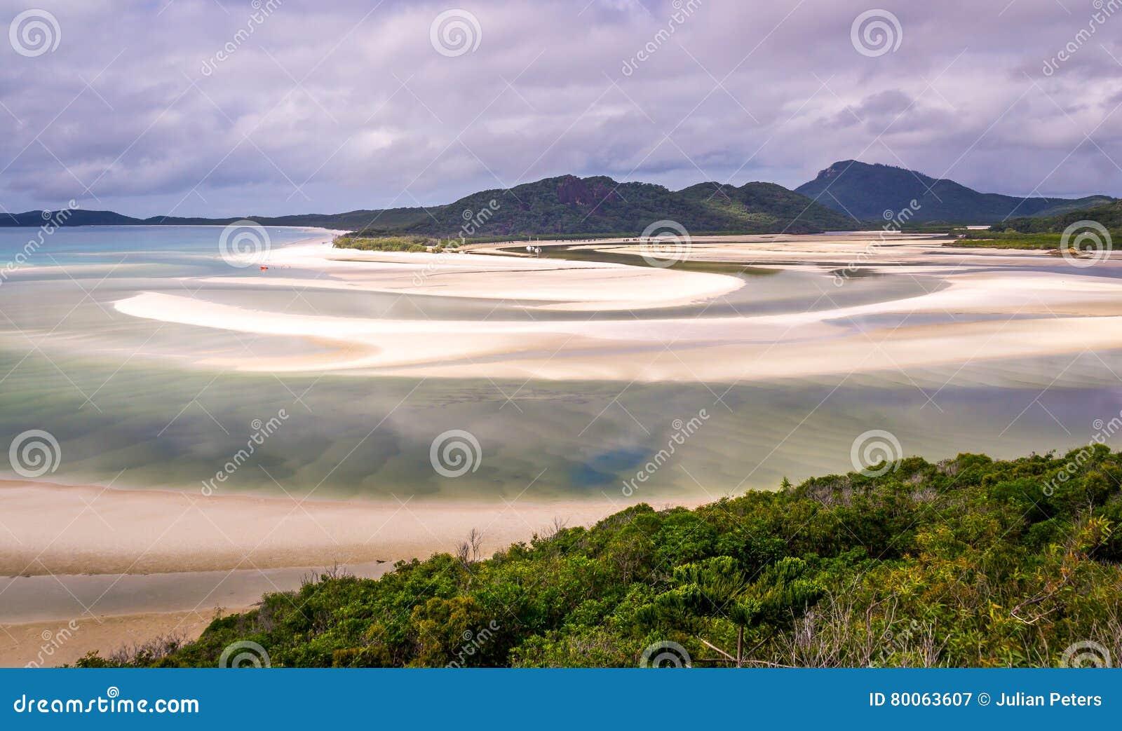 Entrada de la colina en la isla del Pentecostés en color verde raro