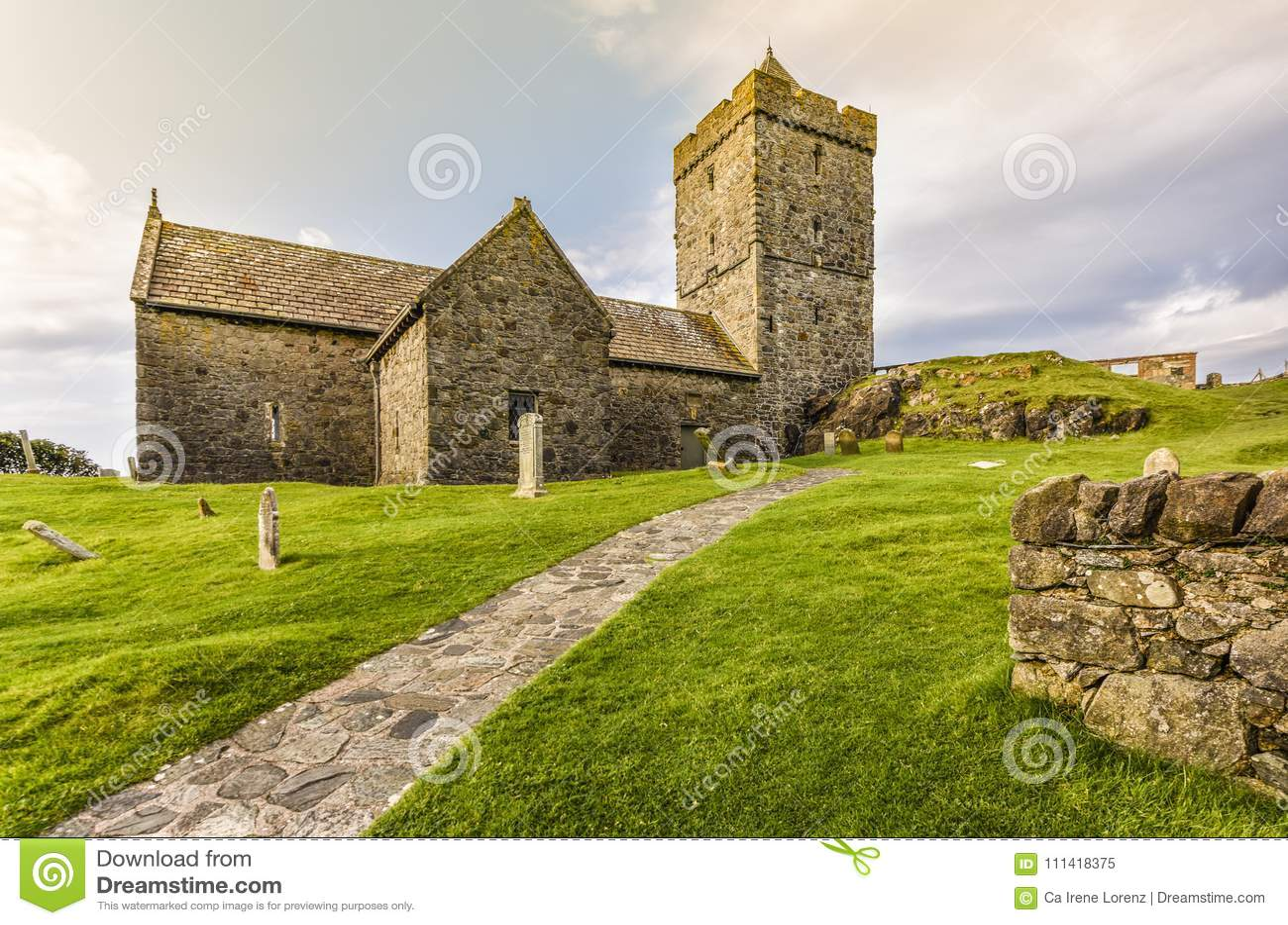 Entrada de la iglesia del ` s de StClement, de una capilla antigua típica en Harris y de Lewis Island en las montañas escocesas,
