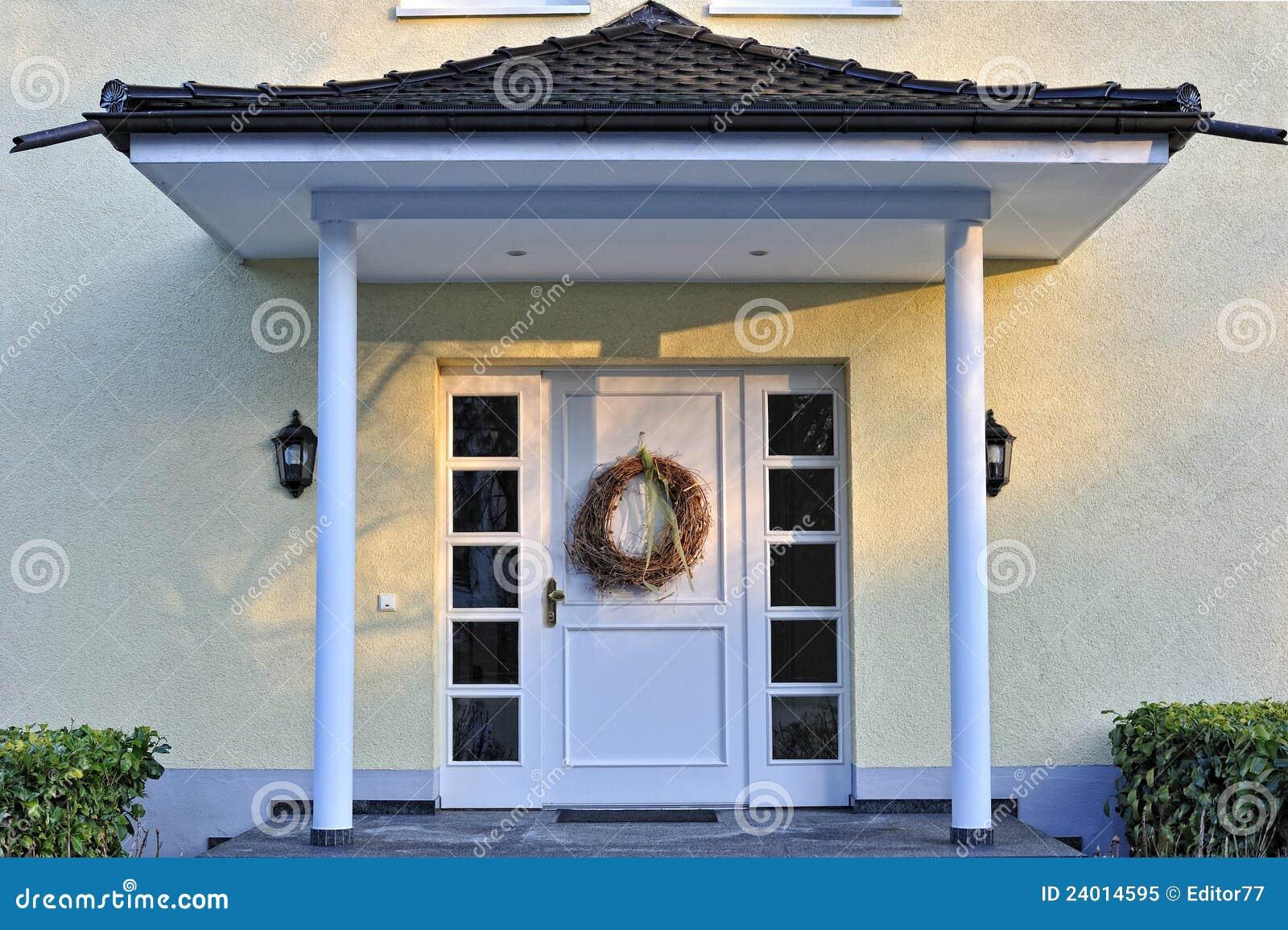 Entrada de lujo de la casa con la decoraci n en la puerta - Puertas de casa blancas ...