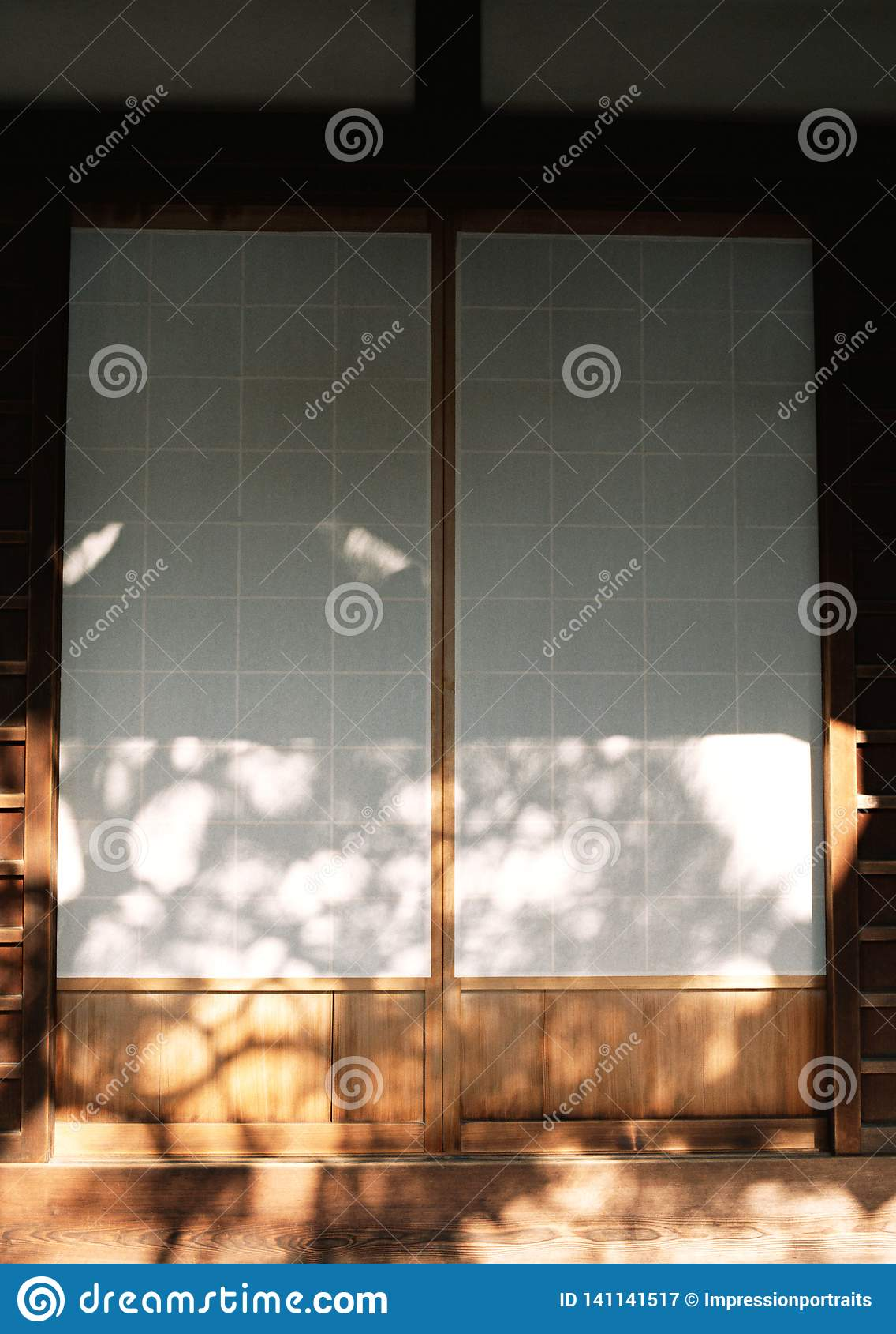 Entrada de madeira da porta da entrada japonesa da casa com fundo branco dos detalhes da textura