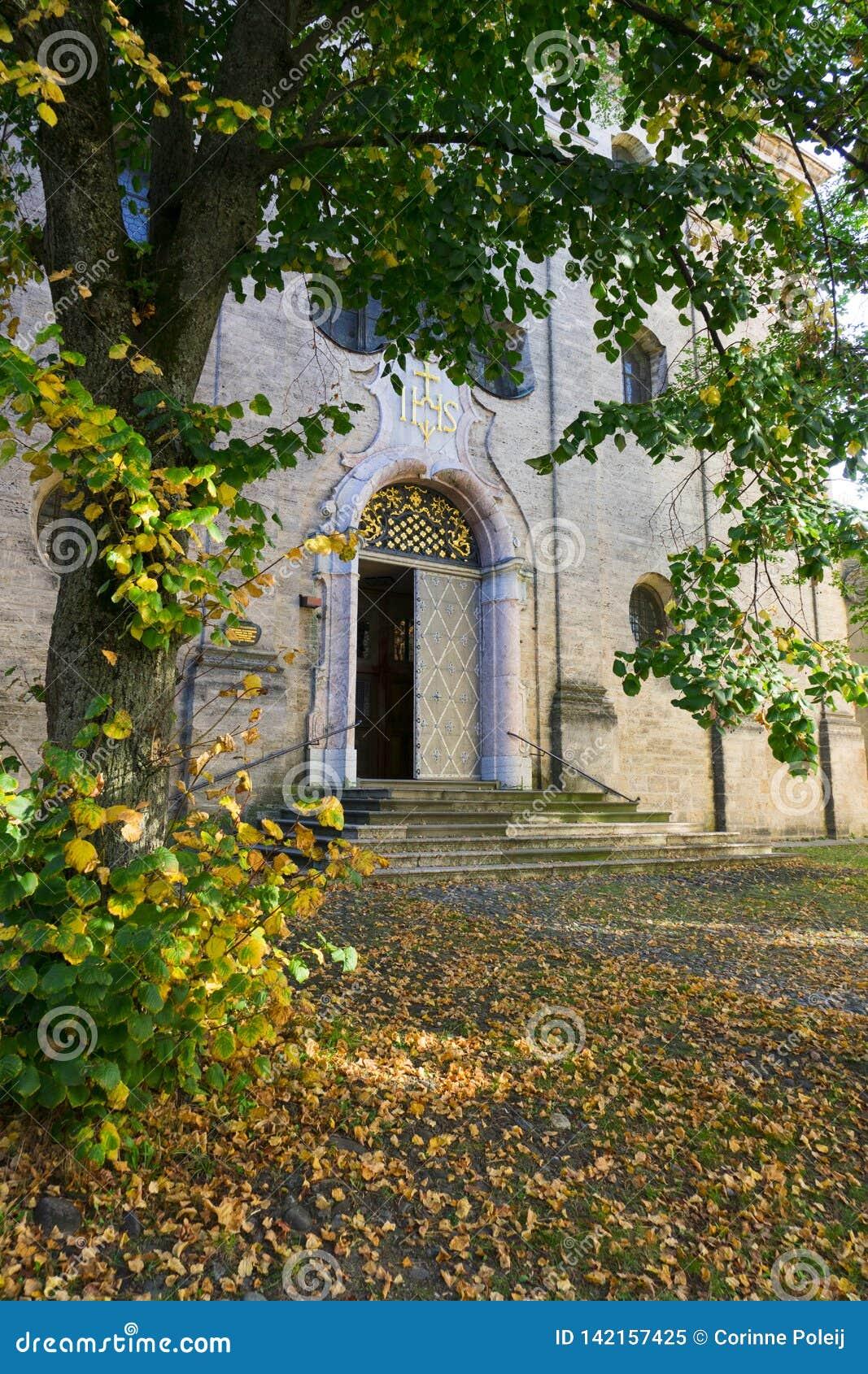Entrada de Maria Kreuz Church em Landsberg am Lech, Alemanha