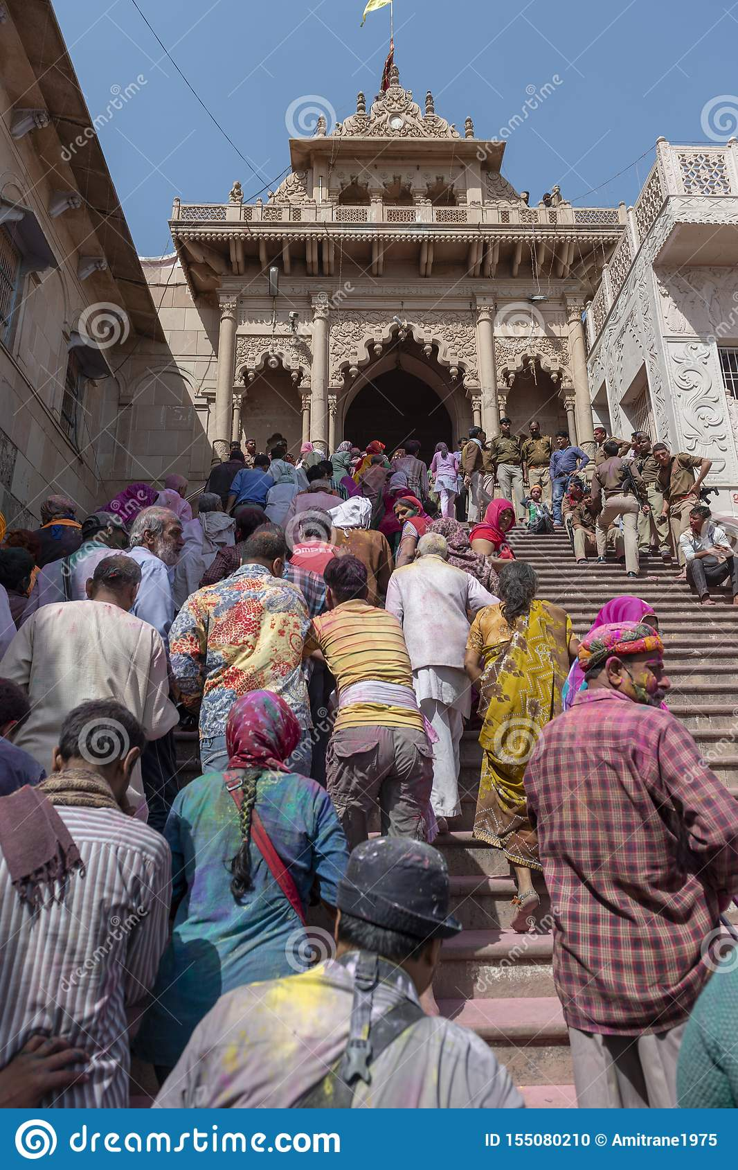 Entrada de Radha Rani Temple em Barsana durante o festival de Holi, Uttar Pradesh, Índia
