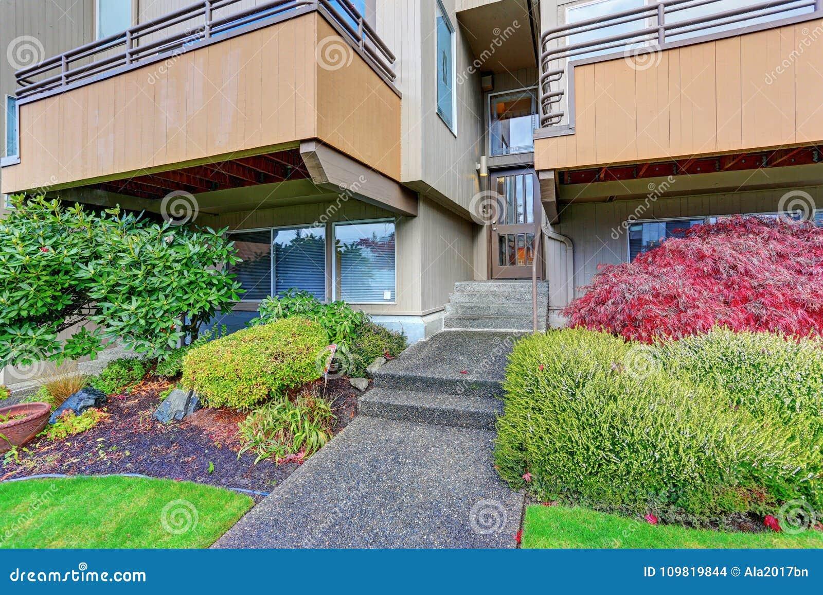 Entrada de una construcción de viviendas con pasos concretos