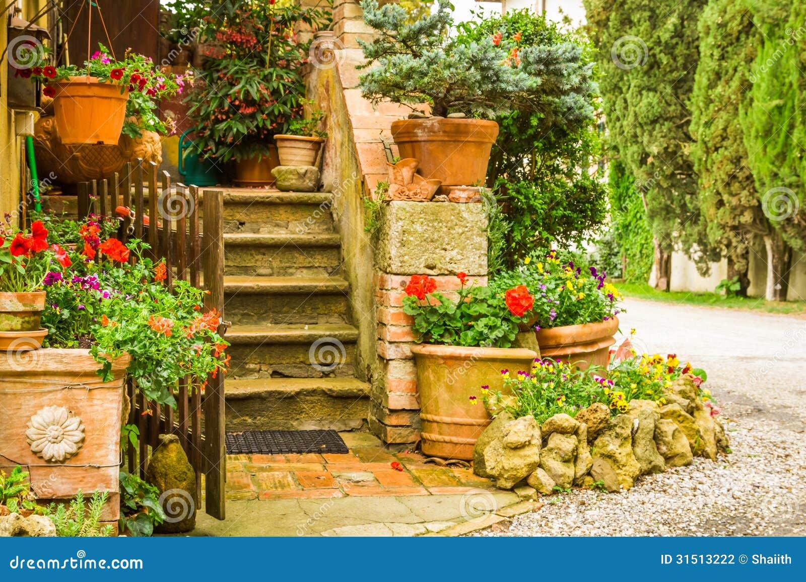 Entrada decorada bonita a uma casa no campo fotografia de - Entradas de casas de campo ...