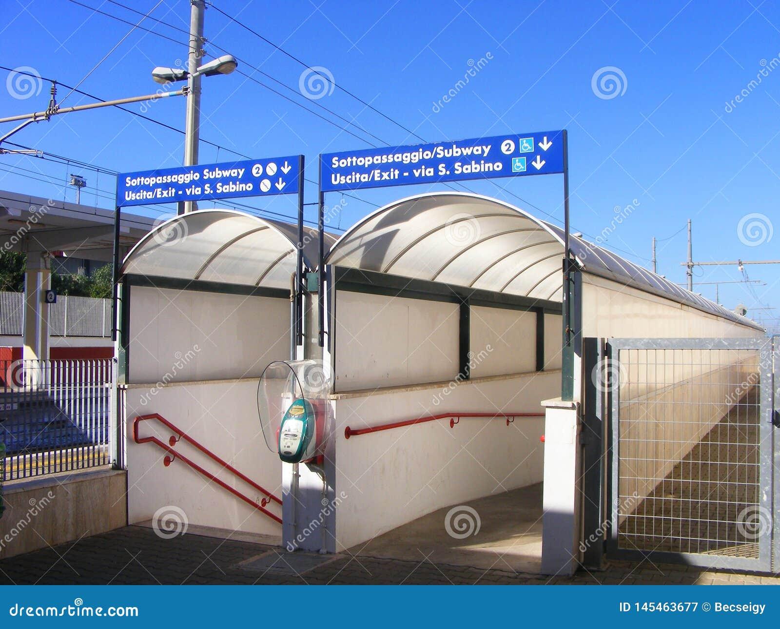 Entrada del paso inferior del ferrocarril - Italia del sur