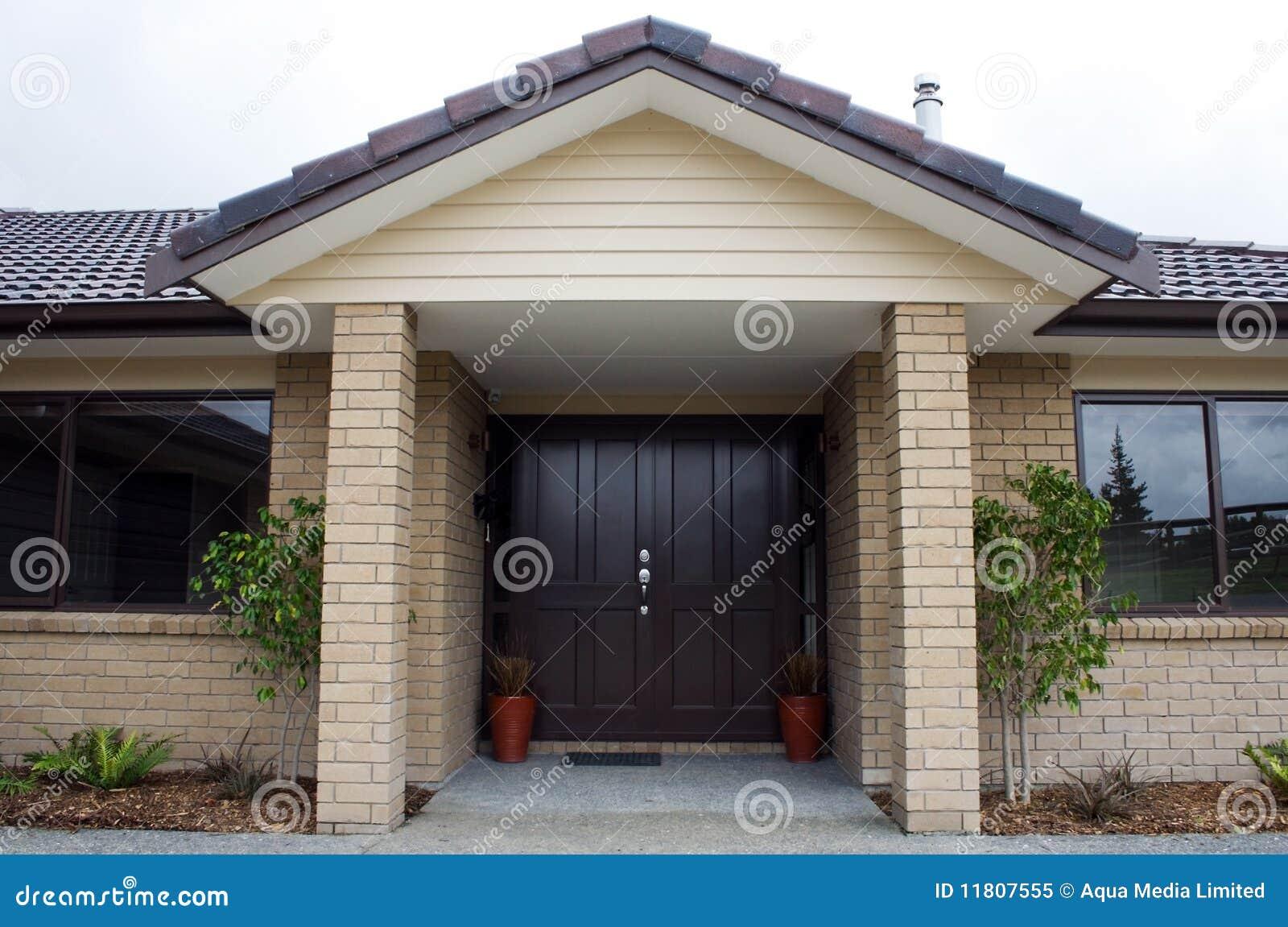 Entrada delantera de la casa moderna foto de archivo libre for Puertas de entrada de casas modernas