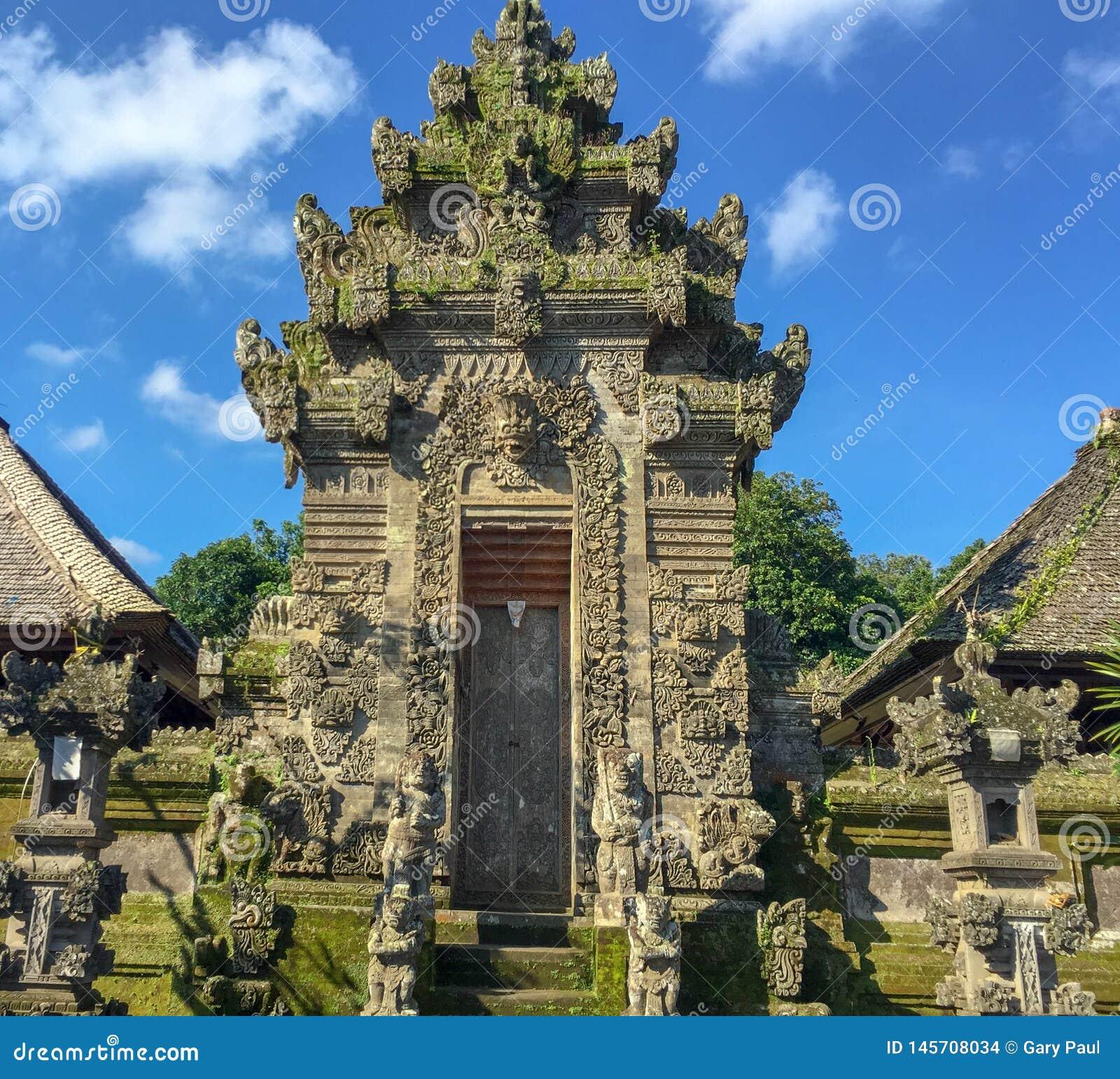 A entrada dentro a uma vila projetada especificamente para turistas em Ubud, Bali, Indonésia