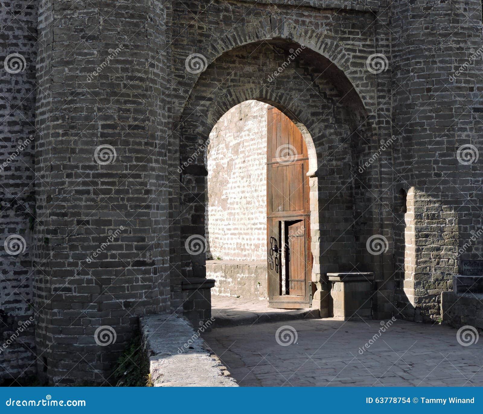 Entrada do forte de Kangra da arquitetura da Índia