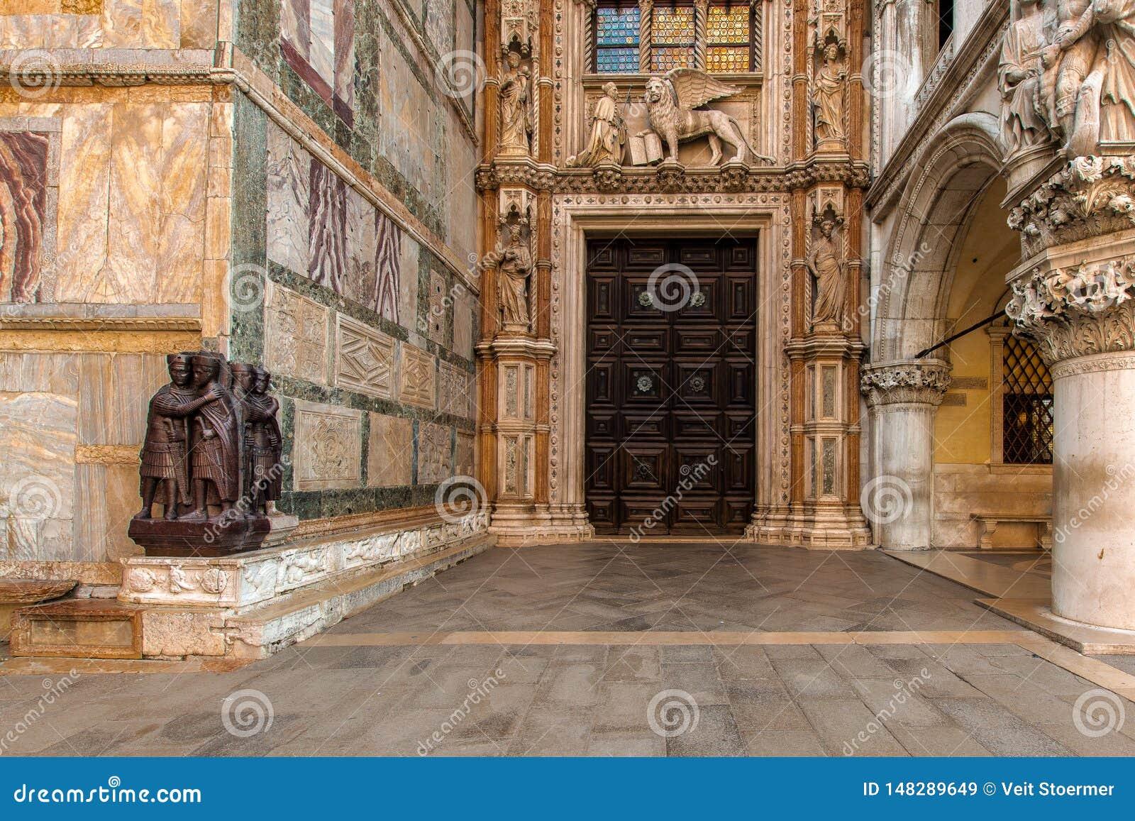 A entrada do palácio do doge