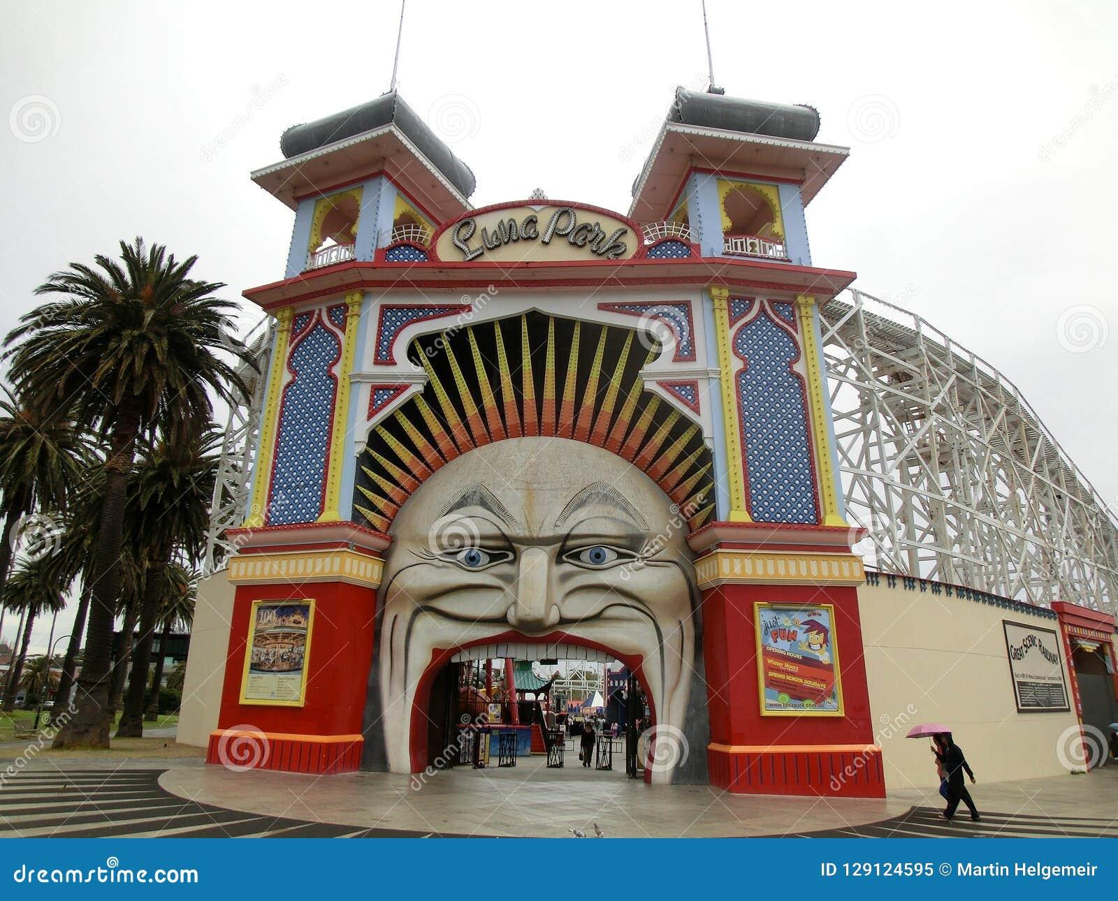 Entrada do parque de diversões de Melbourne Luna Park com povos