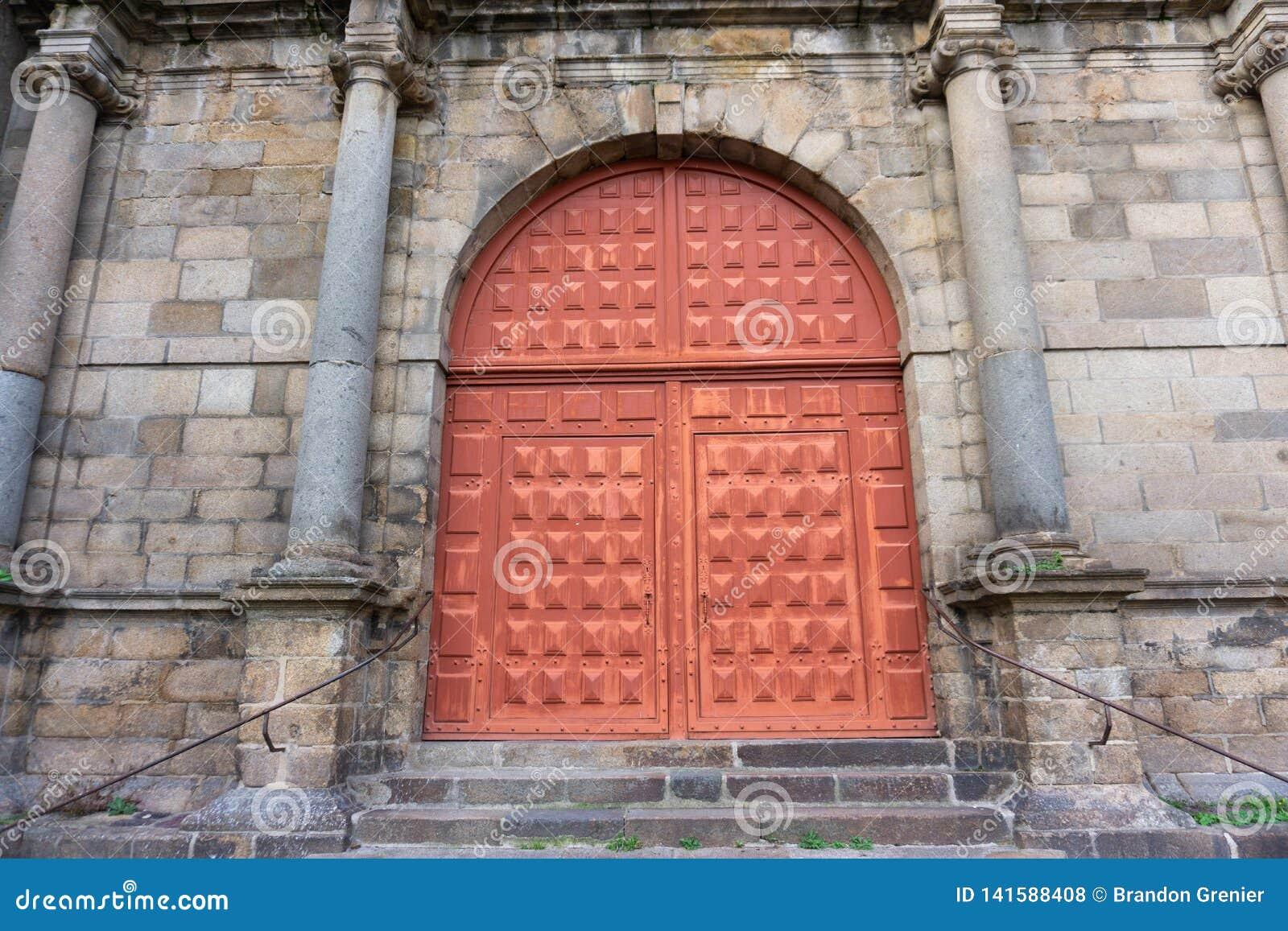 Entrada europea roja grande de la iglesia de la entrada en Rennes Francia