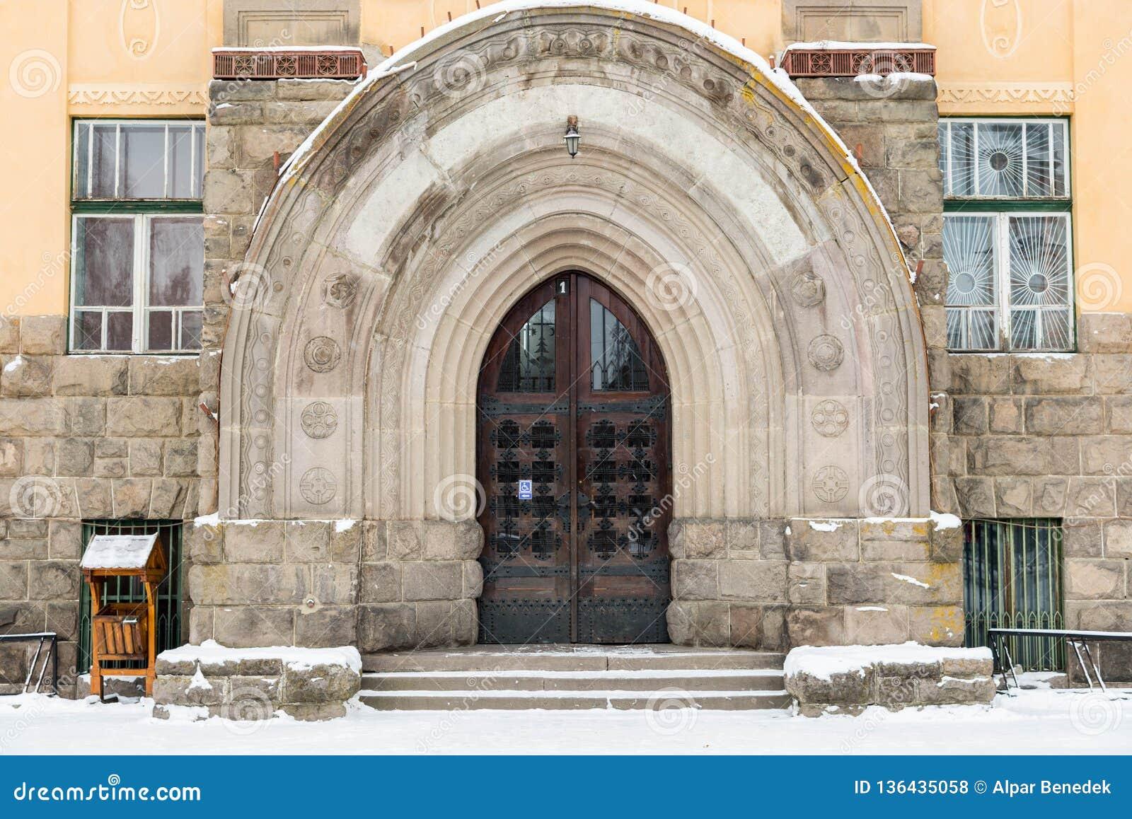 Entrada gótica de la puerta del roble en la institución pública