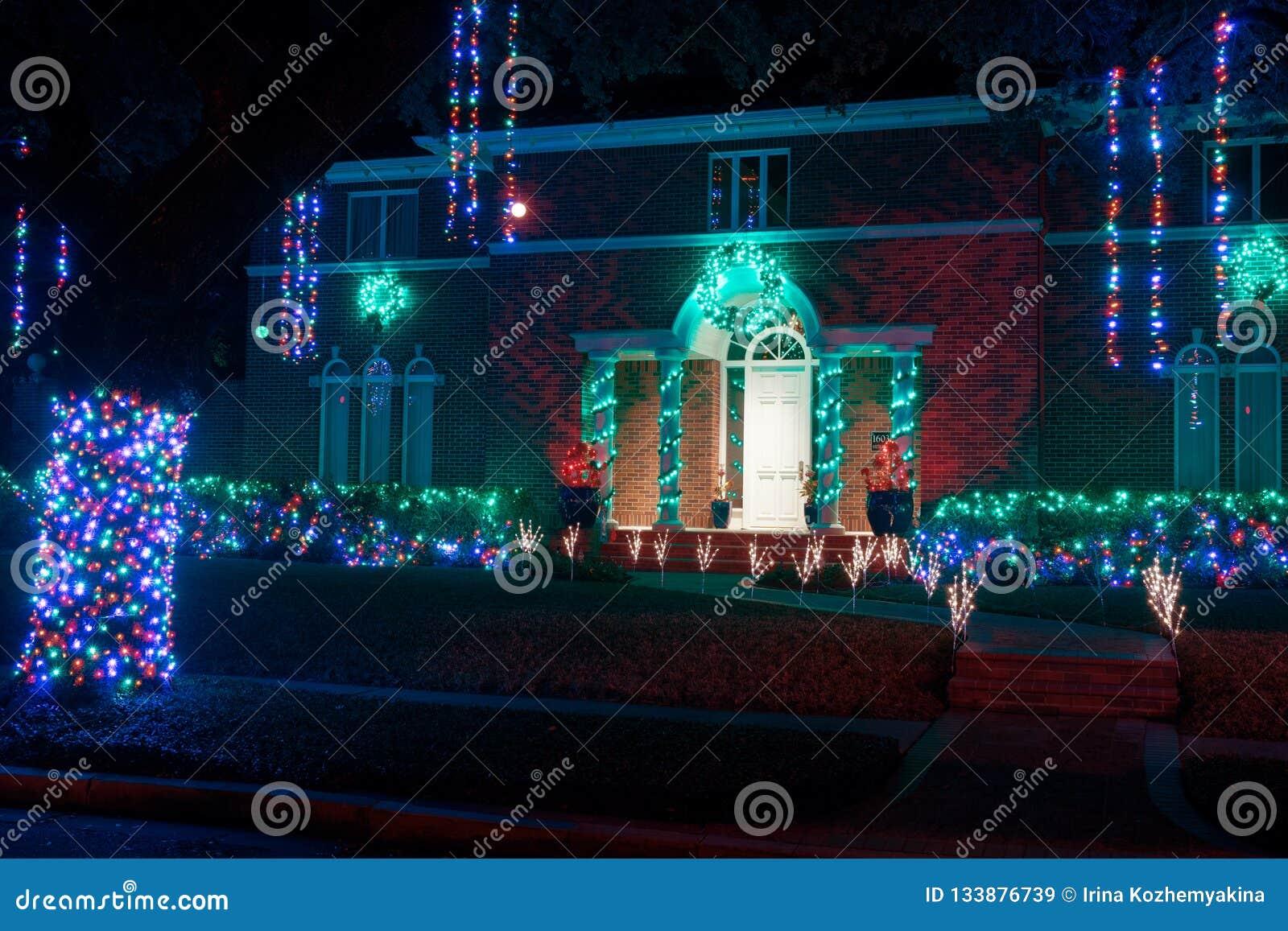 Entrada hermosa de la casa adornada para la Navidad La Navidad Deco