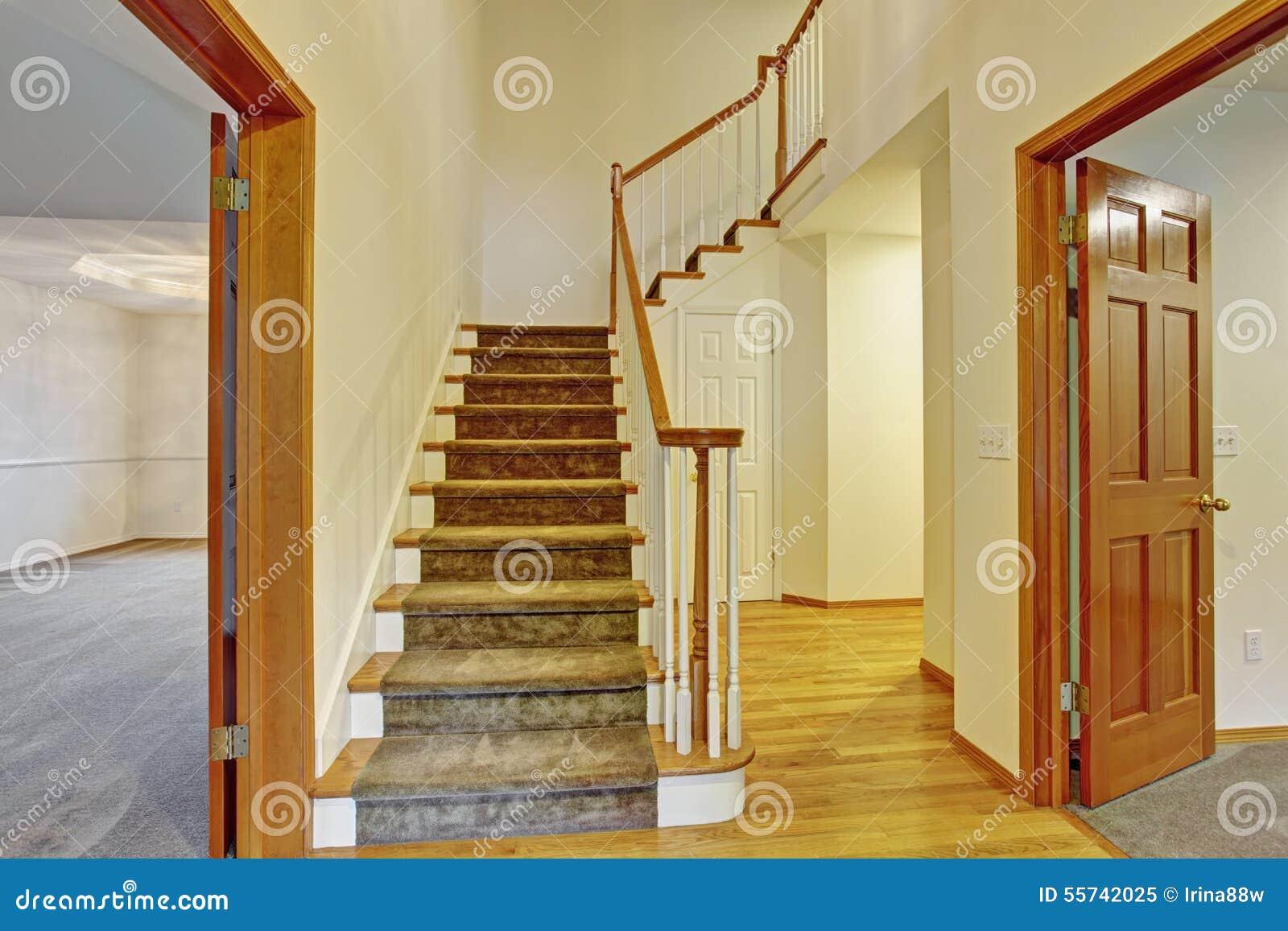 Entrada hermosa a la casa con las escaleras imagen de for Escaleras entrada casa