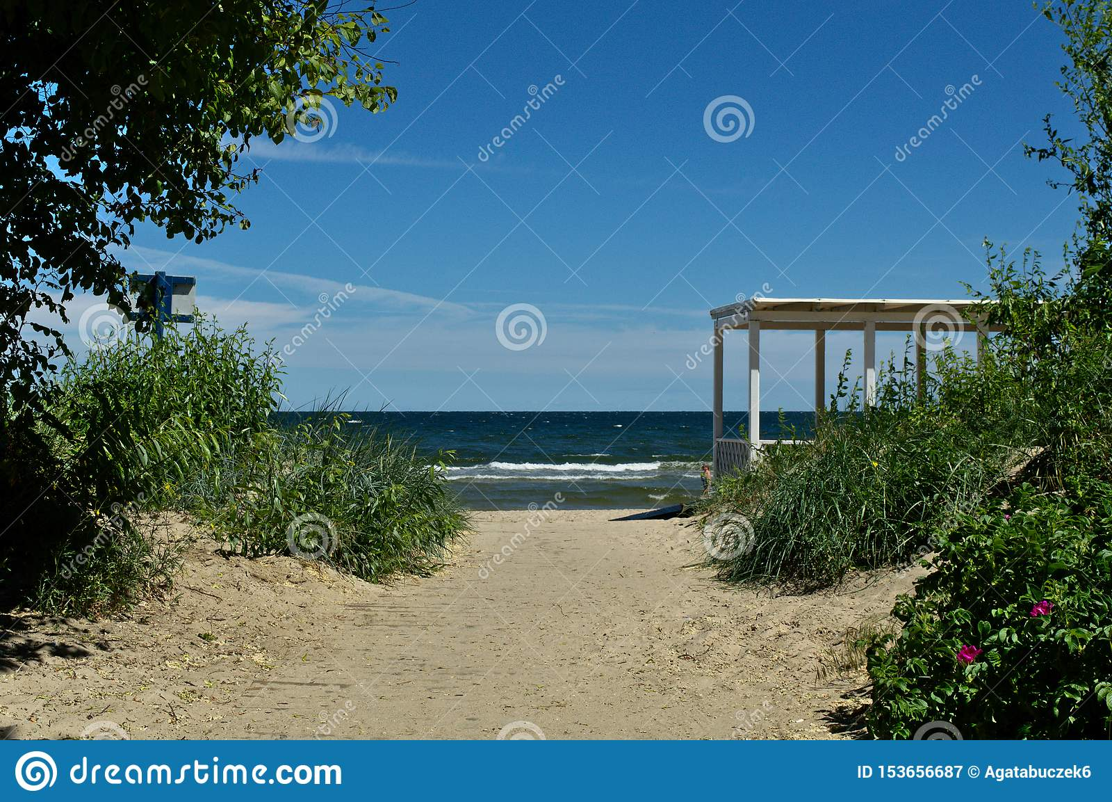 Entrada a la playa con un edificio de madera