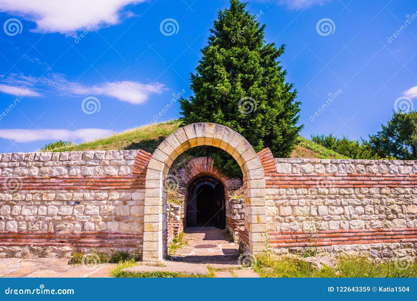 Entrada a la tumba antigua Heroon de Thracian en Pomorie, Bulgaria