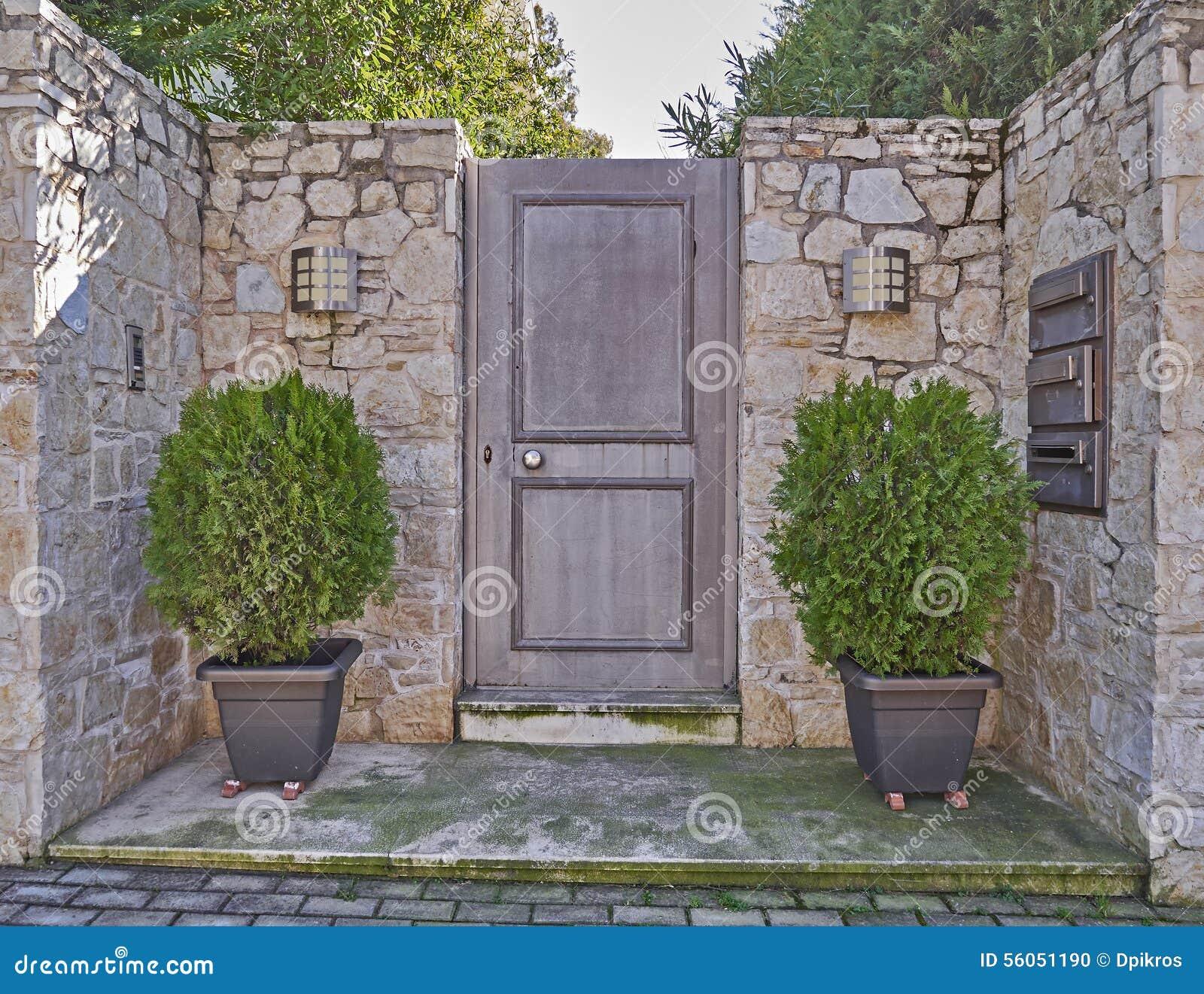 Entrada moderna de la casa con las macetas foto de archivo for Zapateros para la entrada de la casa