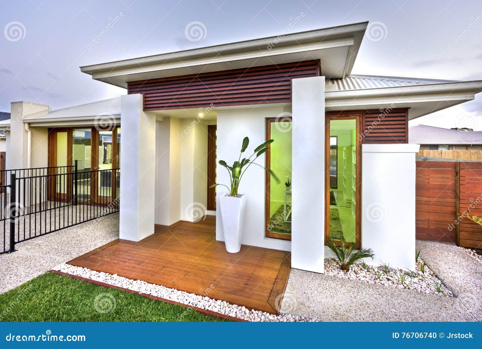 Entrada moderna de la casa con una yarda de madera y for La casa moderna