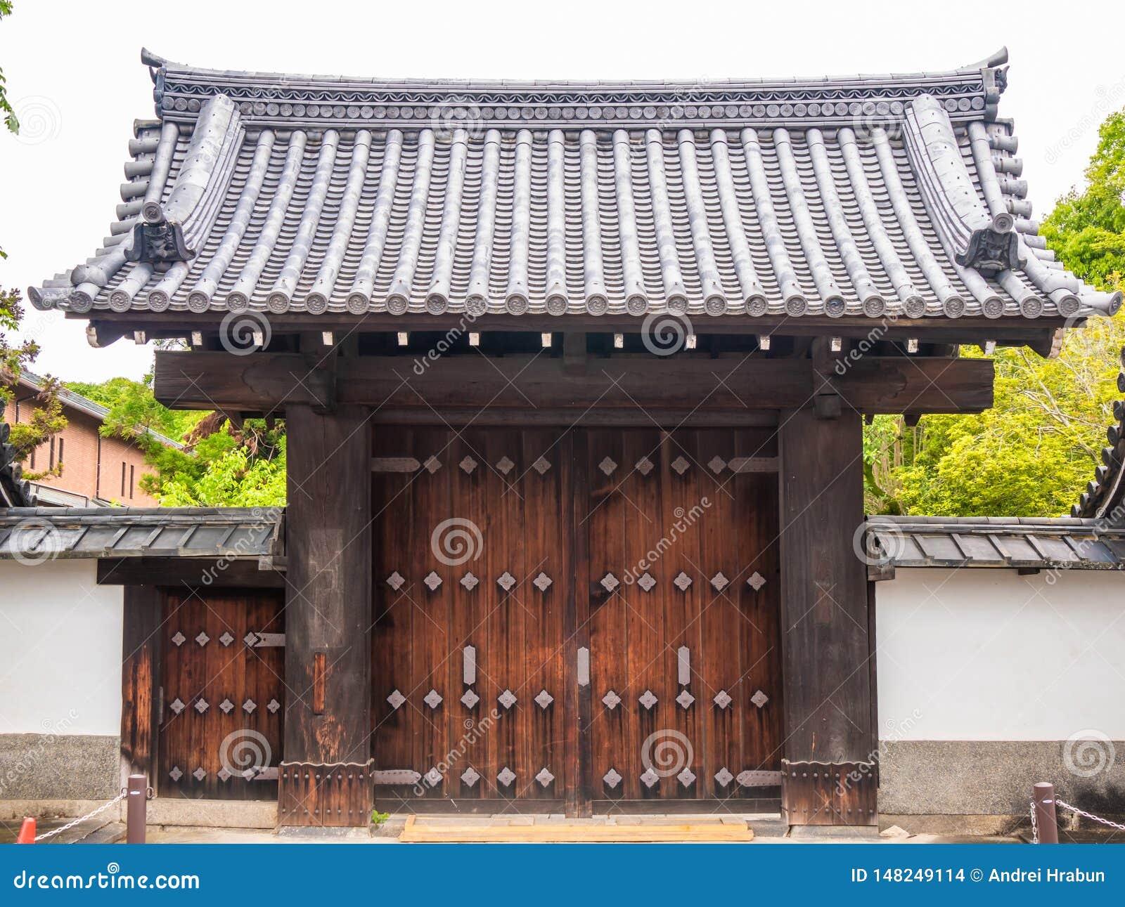 Entrada o puerta tradicional de madera al monasterio