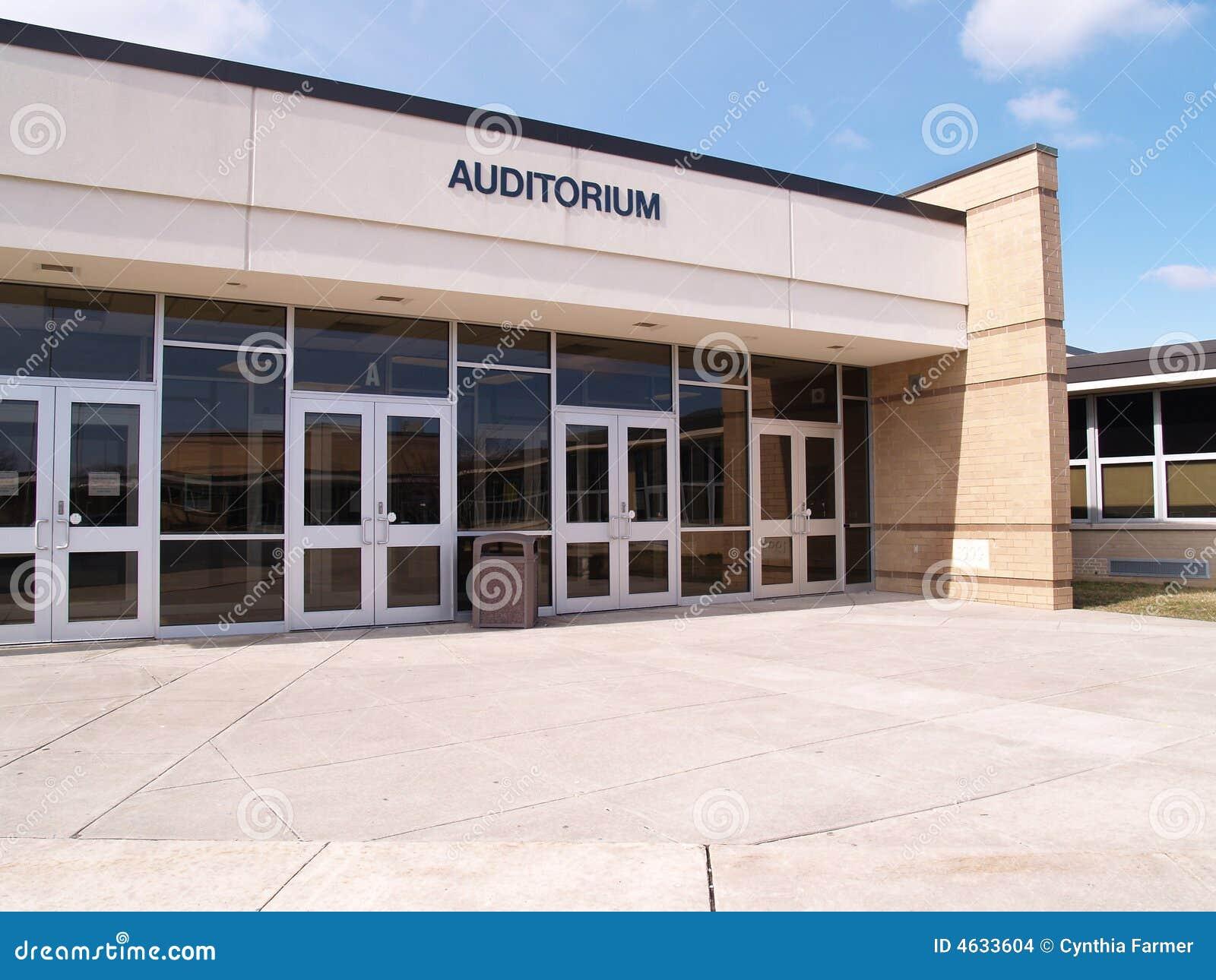 Entrada para um auditório de escola