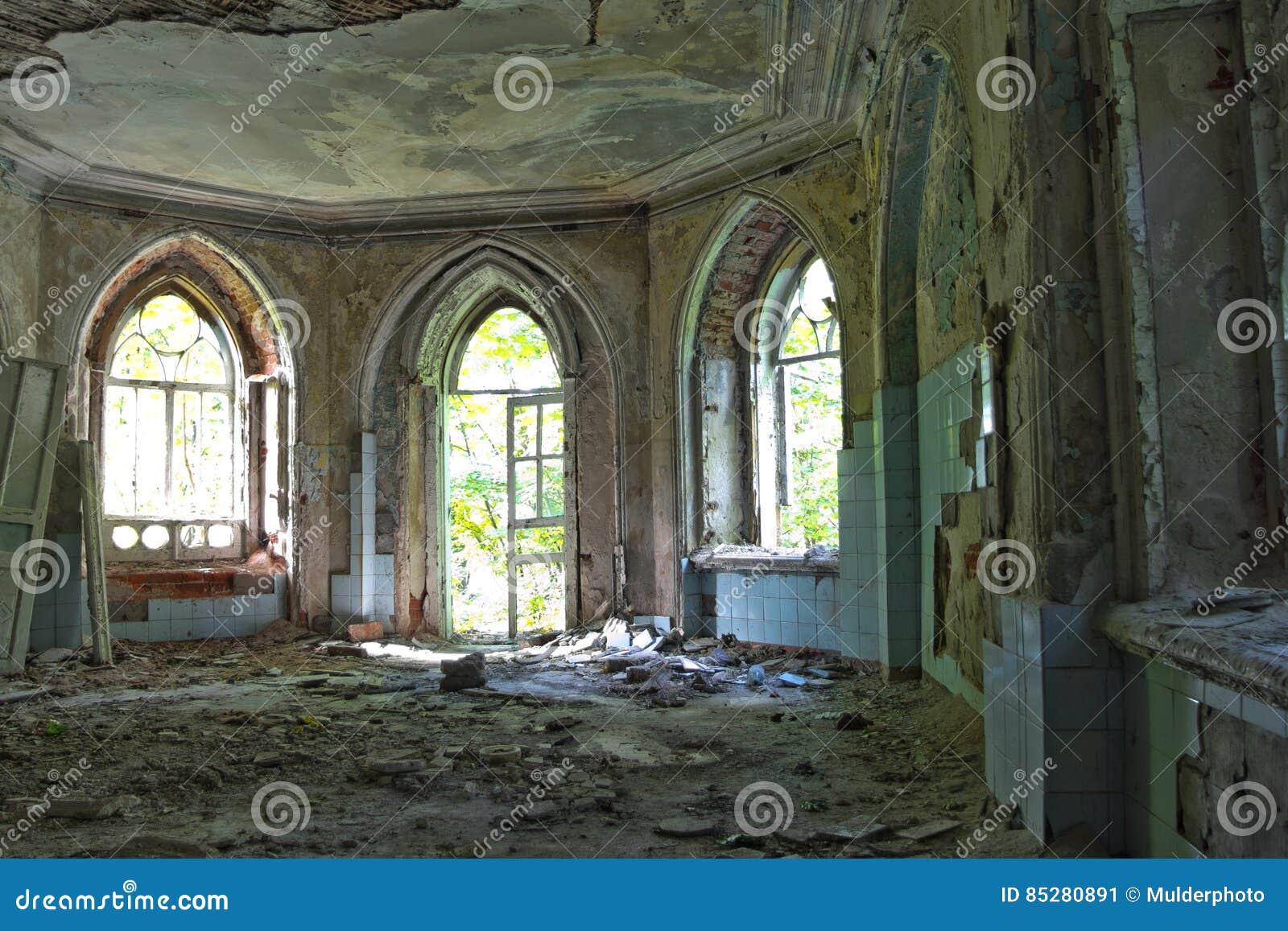 Entrada putrefacta vieja de una mansión abandonada de Khvostov en estilo gótico